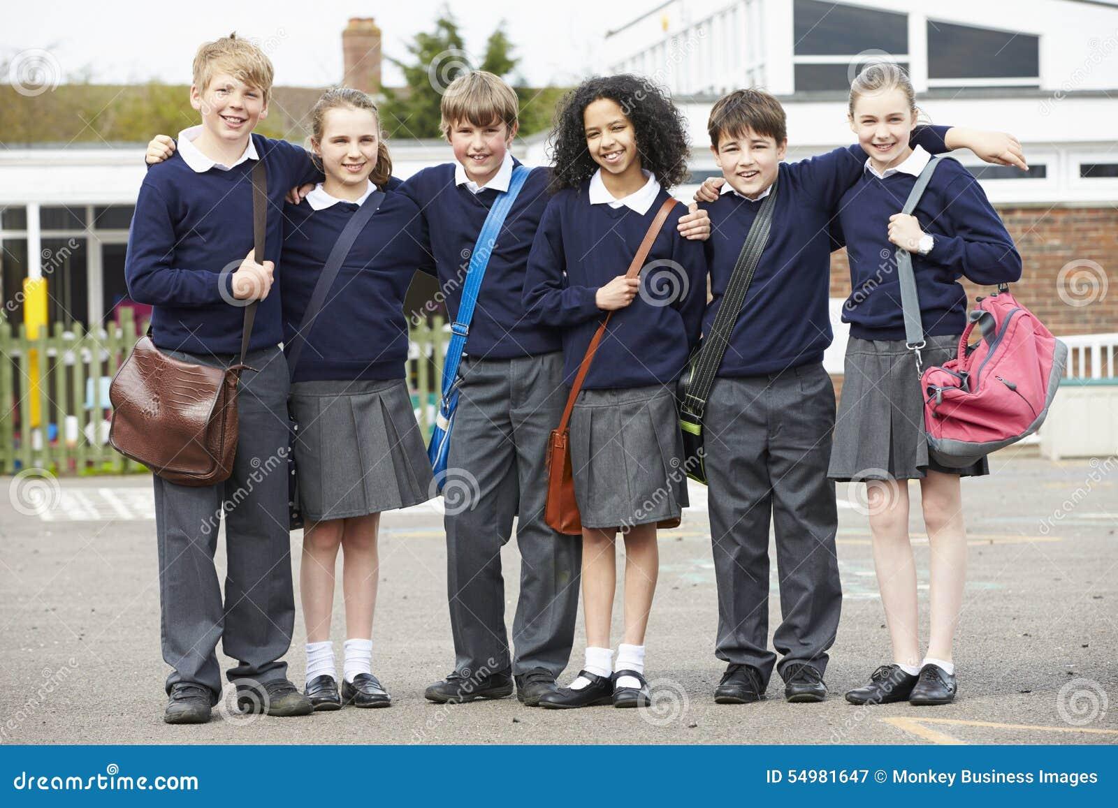 Πορτρέτο των μαθητών δημοτικού σχολείου στην παιδική χαρά