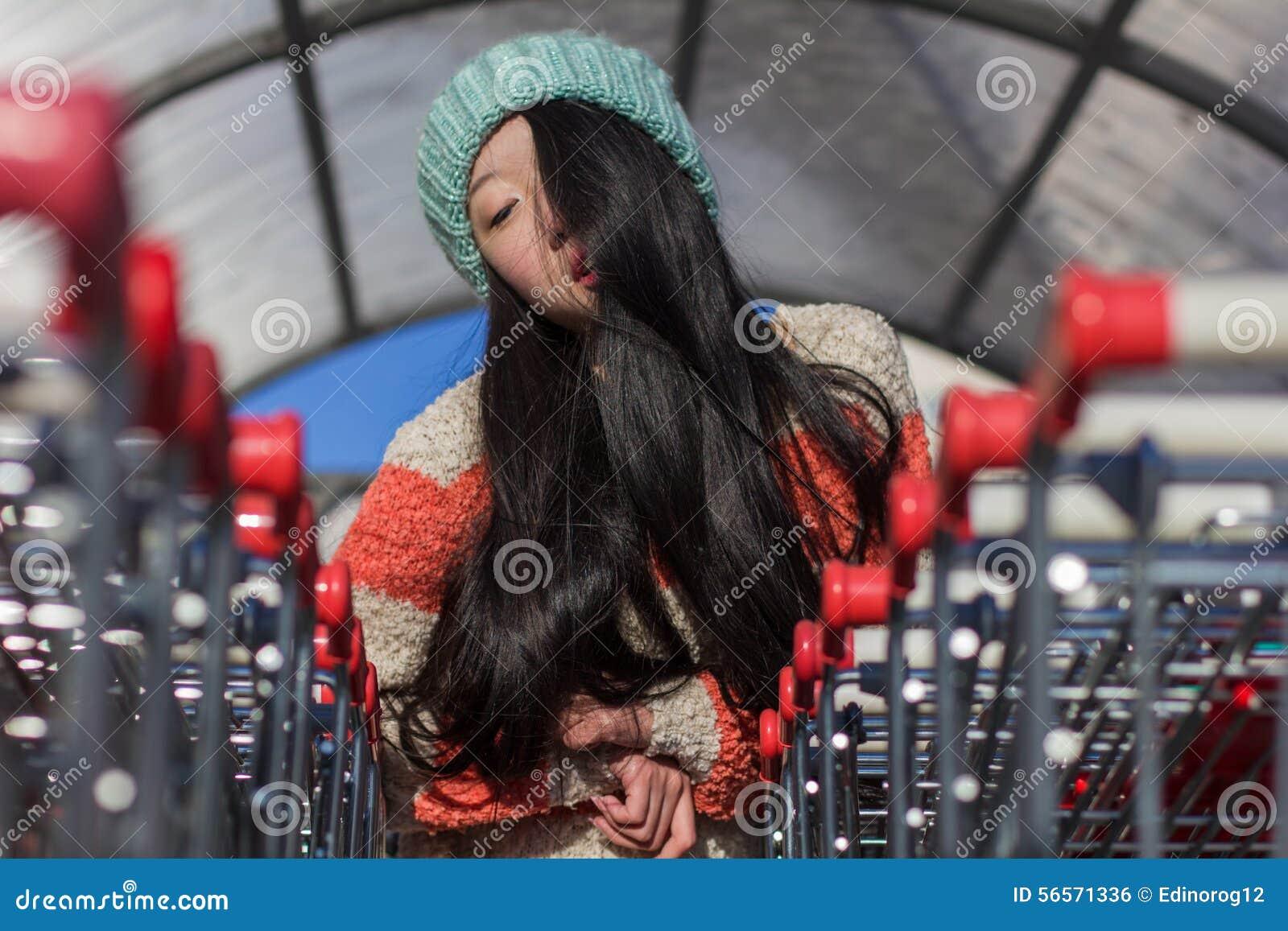 Download Πορτρέτο των μοντέρνων ασιατικών κοριτσιών κοντά στο μικρό κάρρο Στοκ Εικόνες - εικόνα από γραμμές, κυρία: 56571336