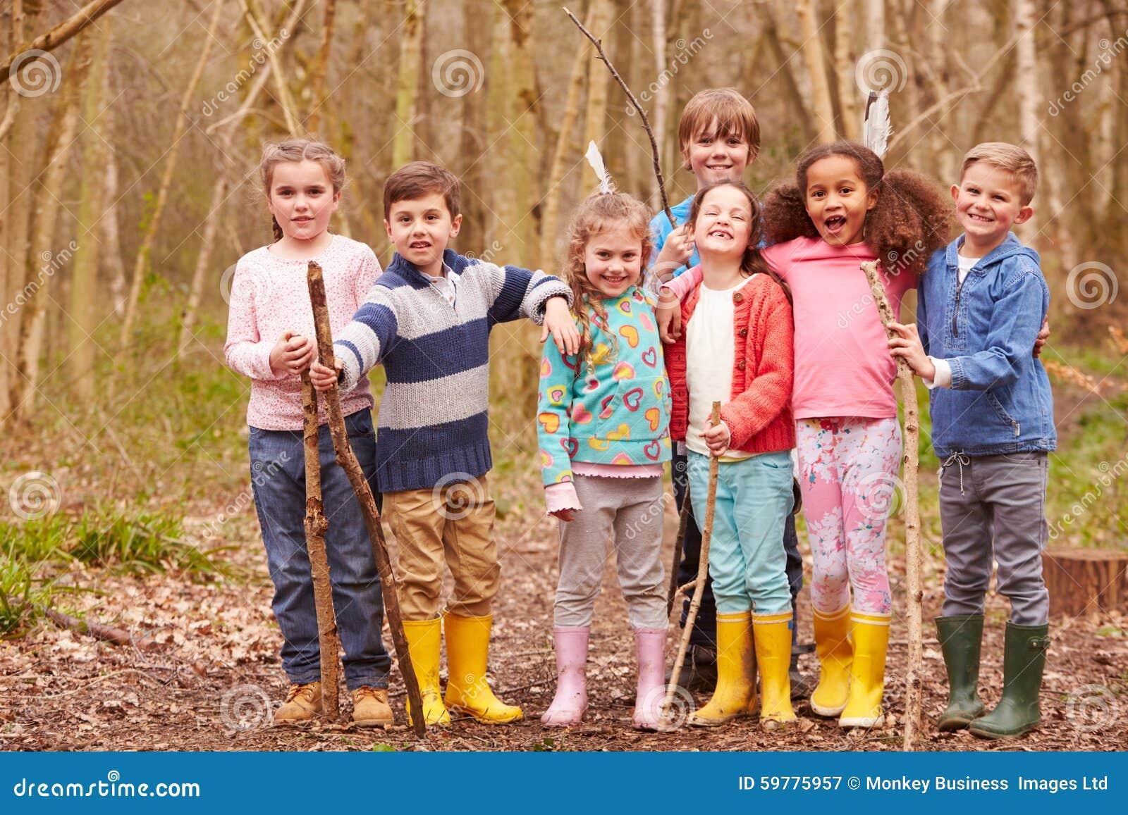 Πορτρέτο των παιδιών που παίζουν το παιχνίδι περιπέτειας στο δάσος