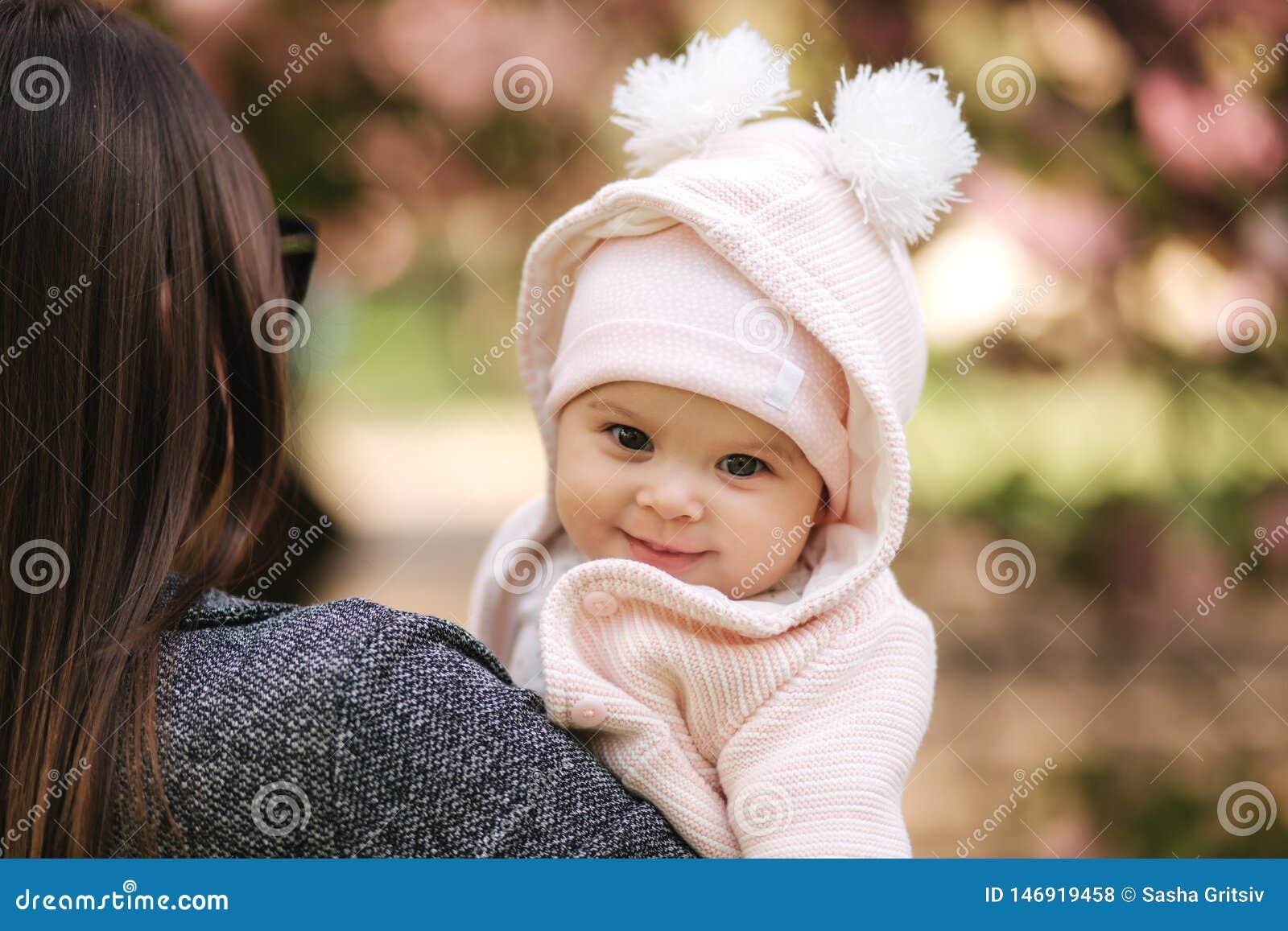 Πορτρέτο χαριτωμένου λίγο κοριτσάκι έξω με το mom beautiful girl smile Πέντε μηνών μωρό Ευτυχής οικογένεια