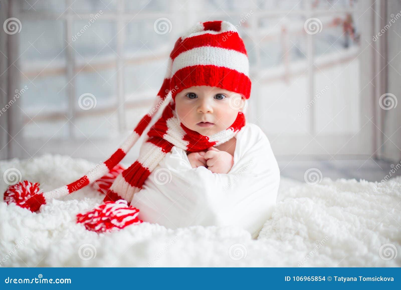 Πορτρέτο Χριστουγέννων χαριτωμένου λίγο νεογέννητο αγοράκι, που φορά sant