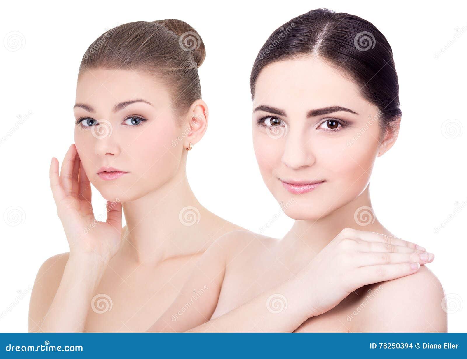 Πορτρέτο δύο νέων όμορφων γυναικών στο λευκό