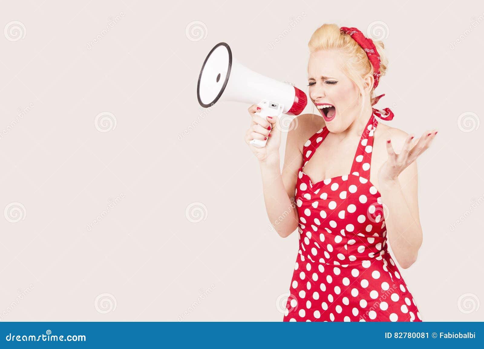 Πορτρέτο megaphone εκμετάλλευσης γυναικών, που ντύνεται στο καρφίτσα-επάνω κόκκινο φόρεμα ύφους