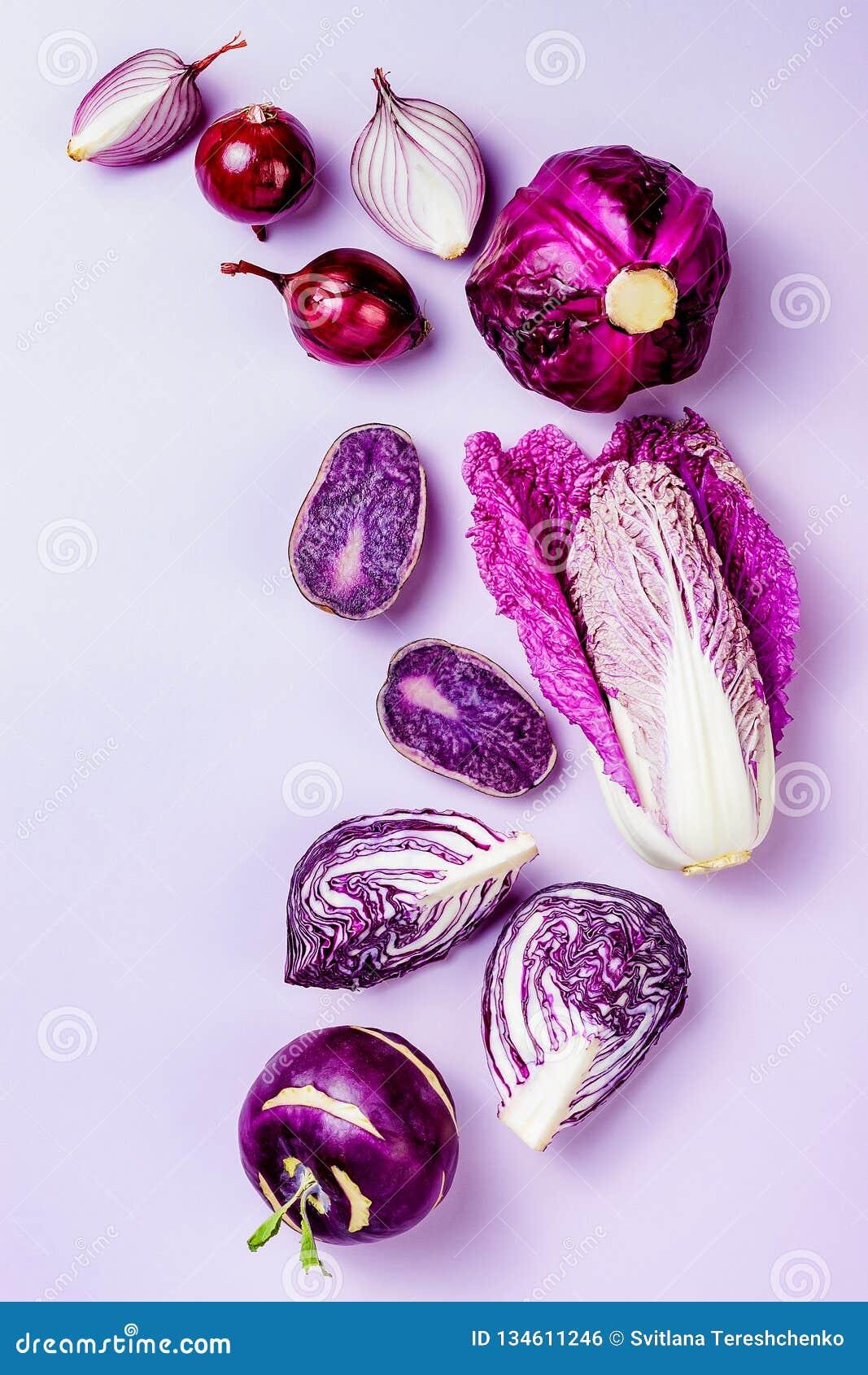Πορφυρά λαχανικά στο υπόβαθρο χρώματος κρητιδογραφιών Ελάχιστη έννοια Οι εγκαταστάσεις βάσισαν το vegan ή χορτοφάγο μαγείρεμα Καθ