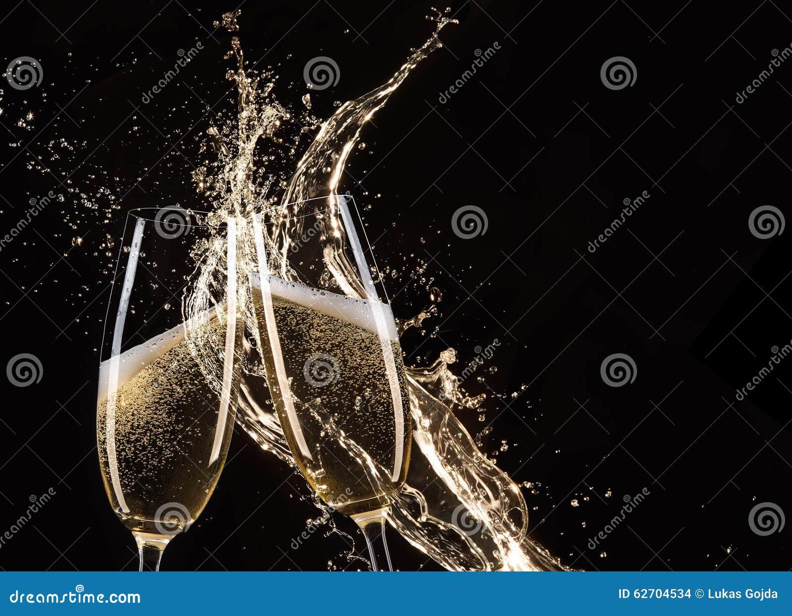Ποτήρια της σαμπάνιας με τον παφλασμό