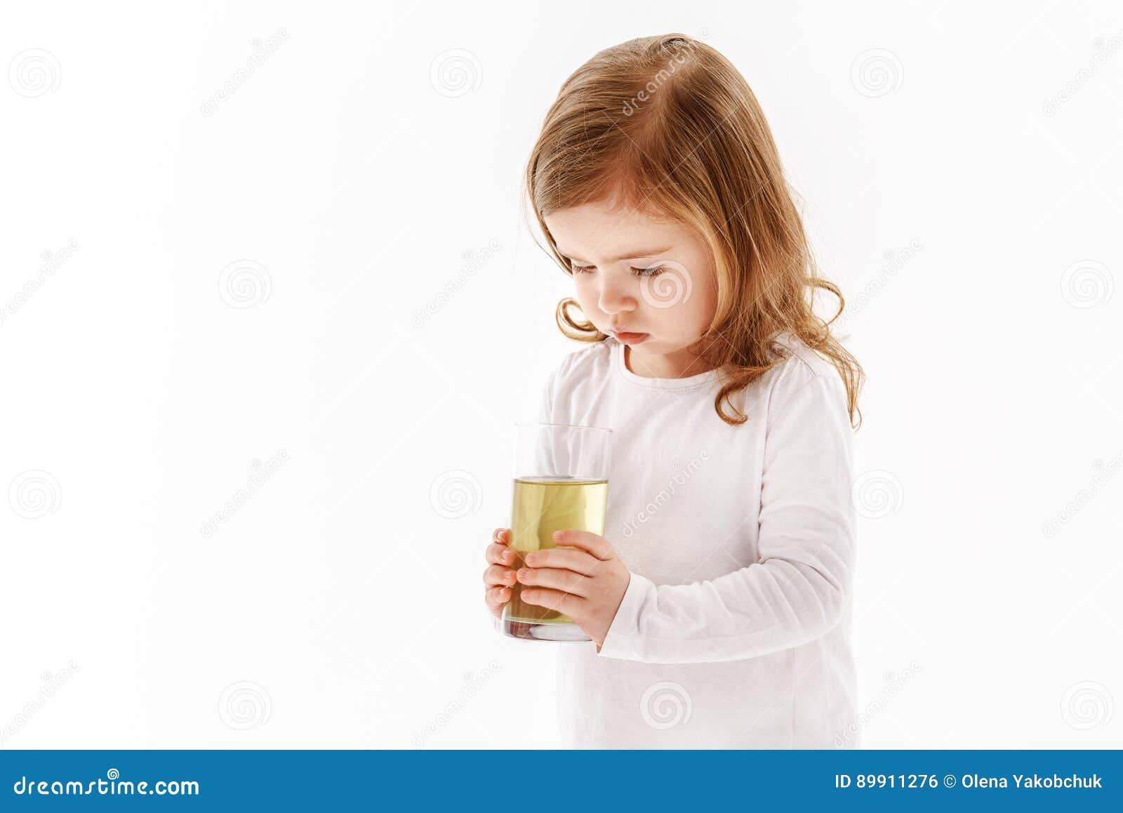 Ποτήρι εκμετάλλευσης παιδιών του βρώμικου νερού