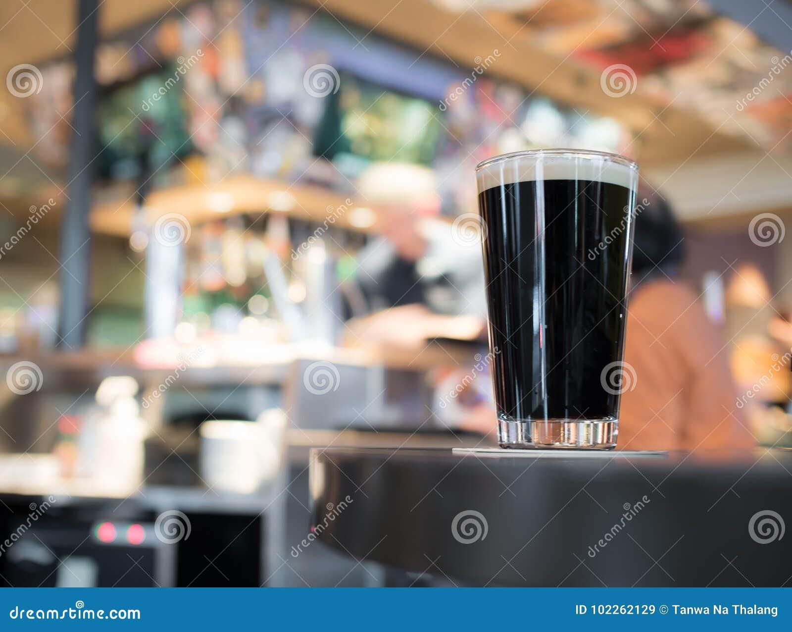 Ποτήρι της μπύρας δυνατής μπύρας στον ξύλινο πίνακα