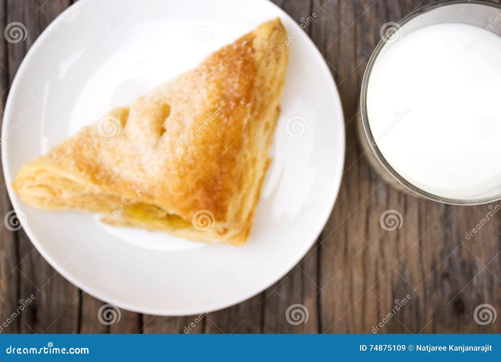 Ποτήρι του γάλακτος με την τριζάτη πίτα