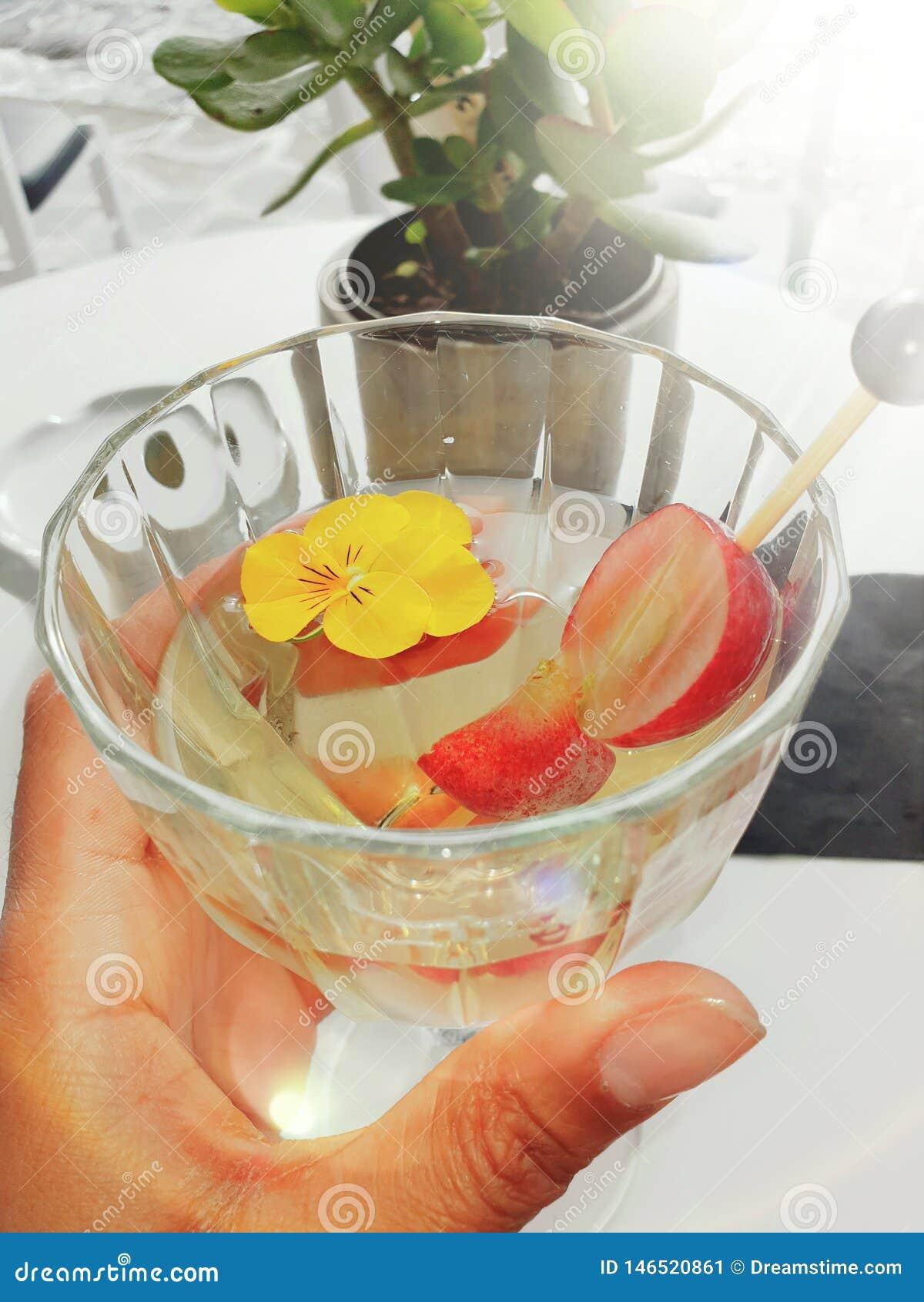 Ποτήρι του κρασιού στις διακοπές με τα φρούτα