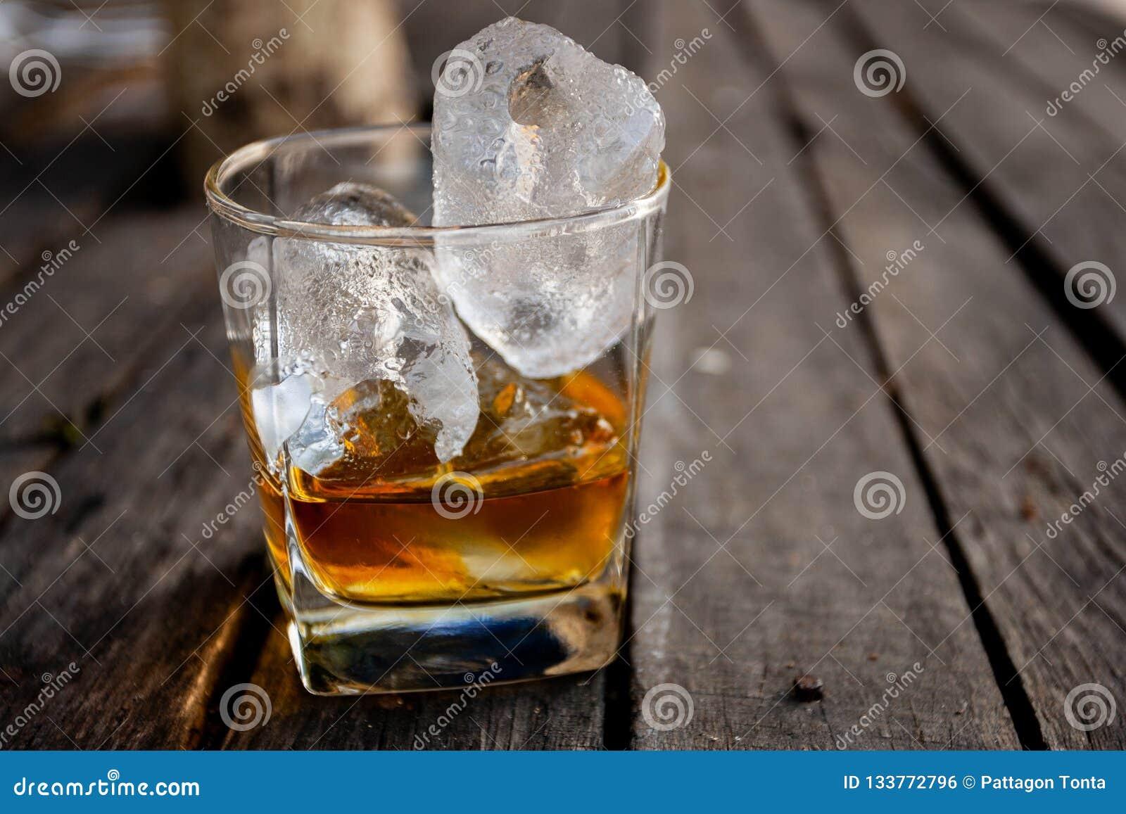 Ποτήρι του σκωτσέζικου ουίσκυ με τον πάγο