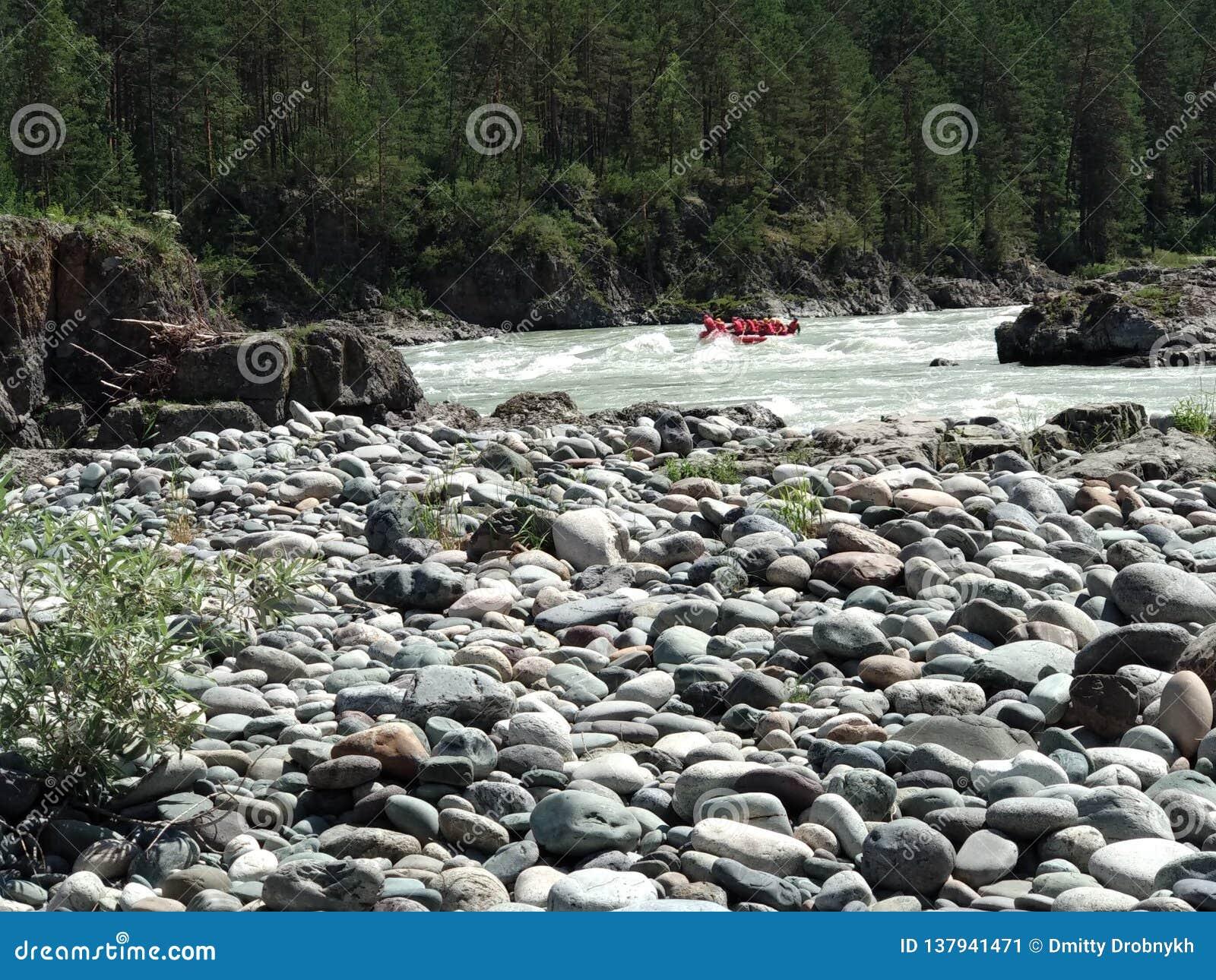 Ποταμός βουνών με τα ορμητικά σημεία ποταμού
