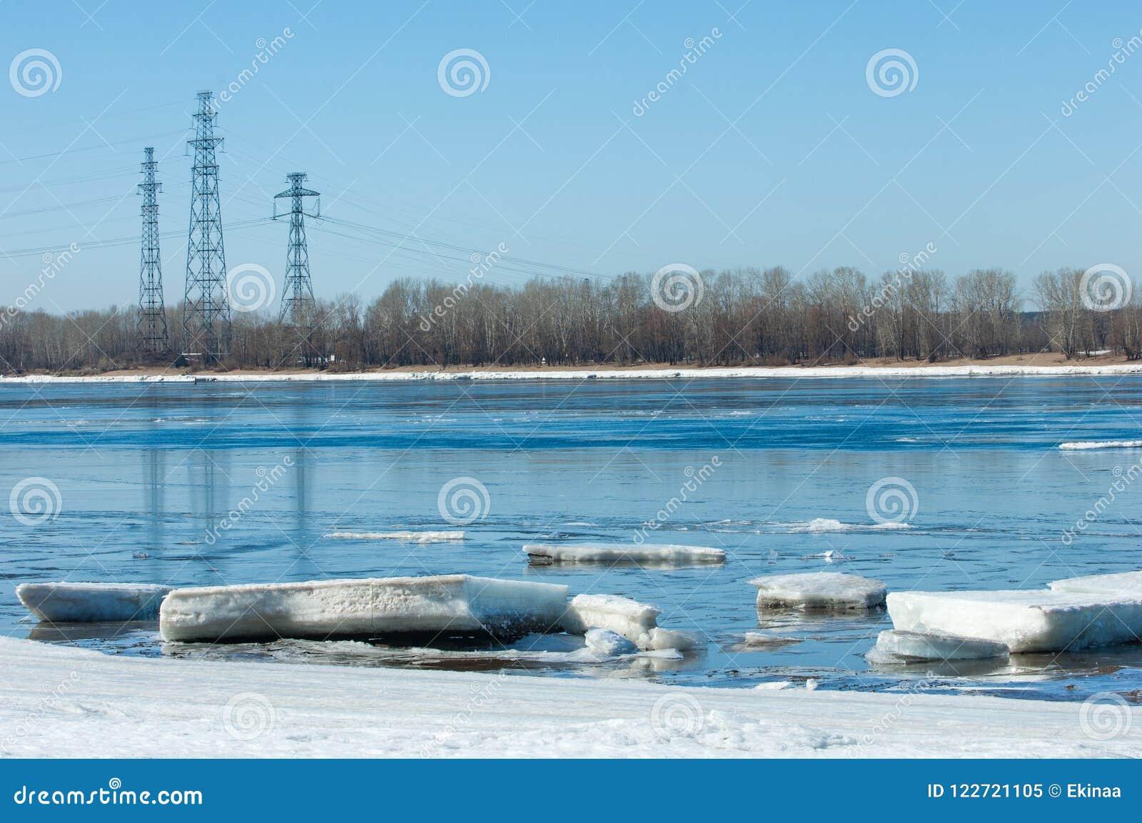 Ποταμός με το σπασμένο πάγο Ενεργειακοί στυλοβάτες Πάγος hummocks στον ποταμό