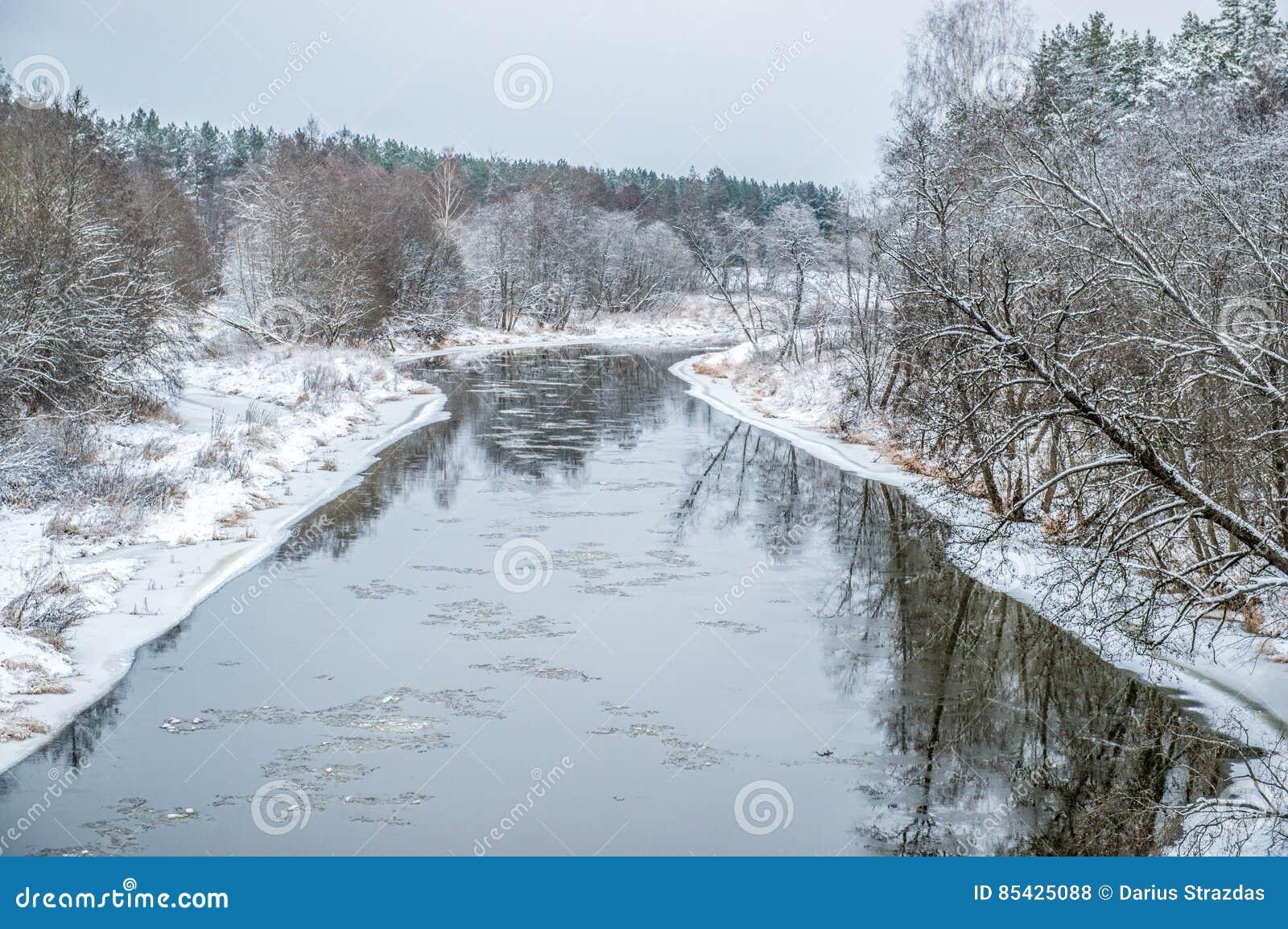 Ποταμός στο χειμερινό τοπίο