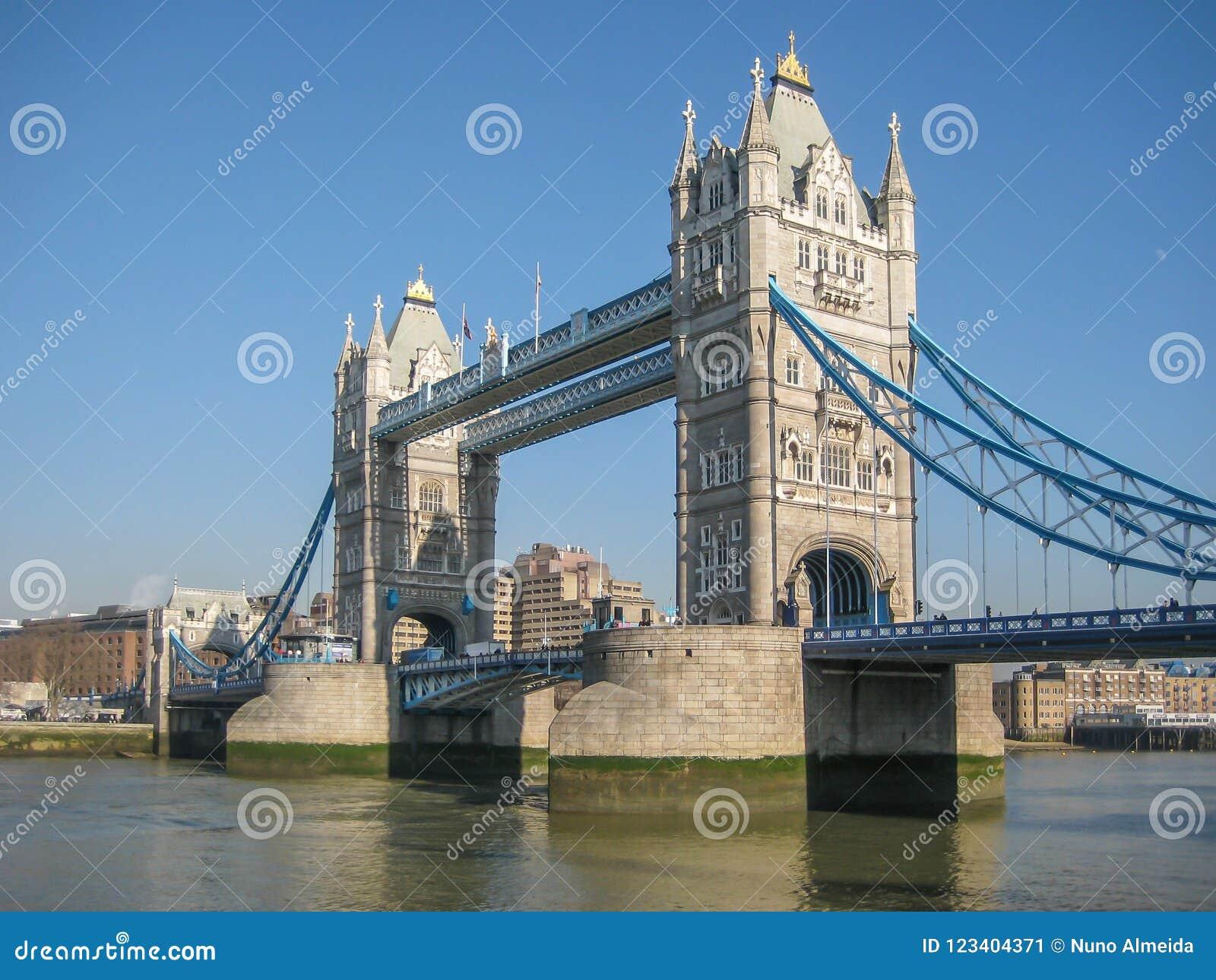Ποταμός Τάμεσης στο κεντρικό Λονδίνο με τη βασίλισσα Tower Bridge στο υπόβαθρο