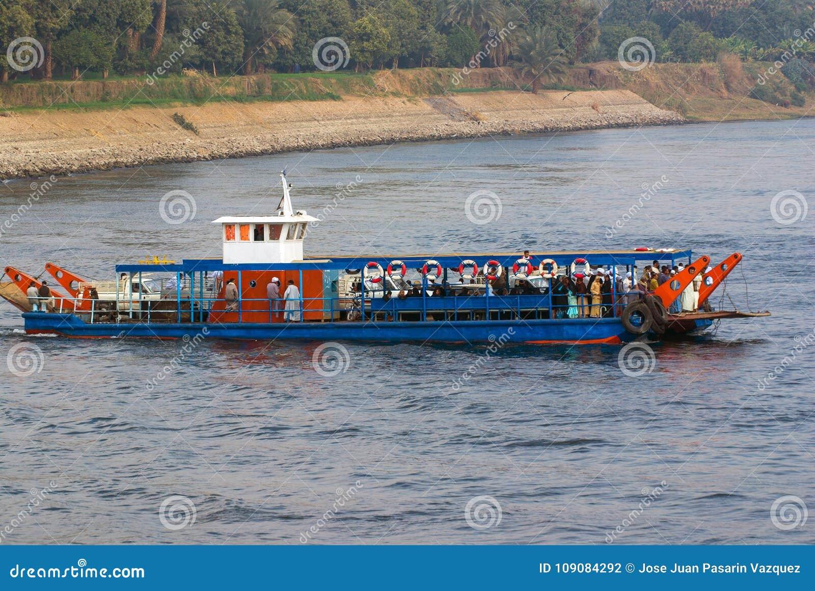 Ποταμός του Νείλου, κοντά σε Aswnm, Αίγυπτος, στις 21 Φεβρουαρίου 2017: Πορθμείο που μεταφέρει τους ανθρώπους που διασχίζουν τον