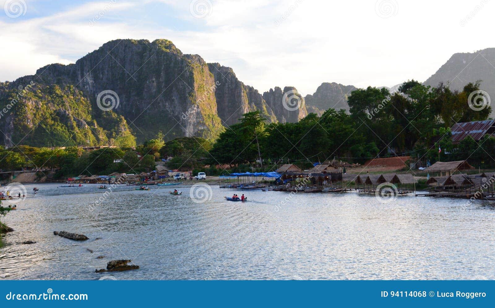 Ποταμός τραγουδιού Nam στο ηλιοβασίλεμα Vang Vieng Λάος