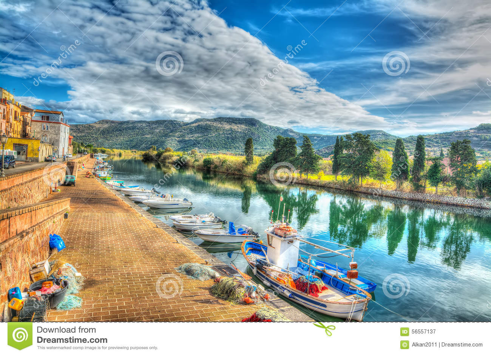 Download Ποταμός Temo κάτω από έναν νεφελώδη ουρανό στο Hdr Στοκ Εικόνα - εικόνα από χωριό, δραματικός: 56557137