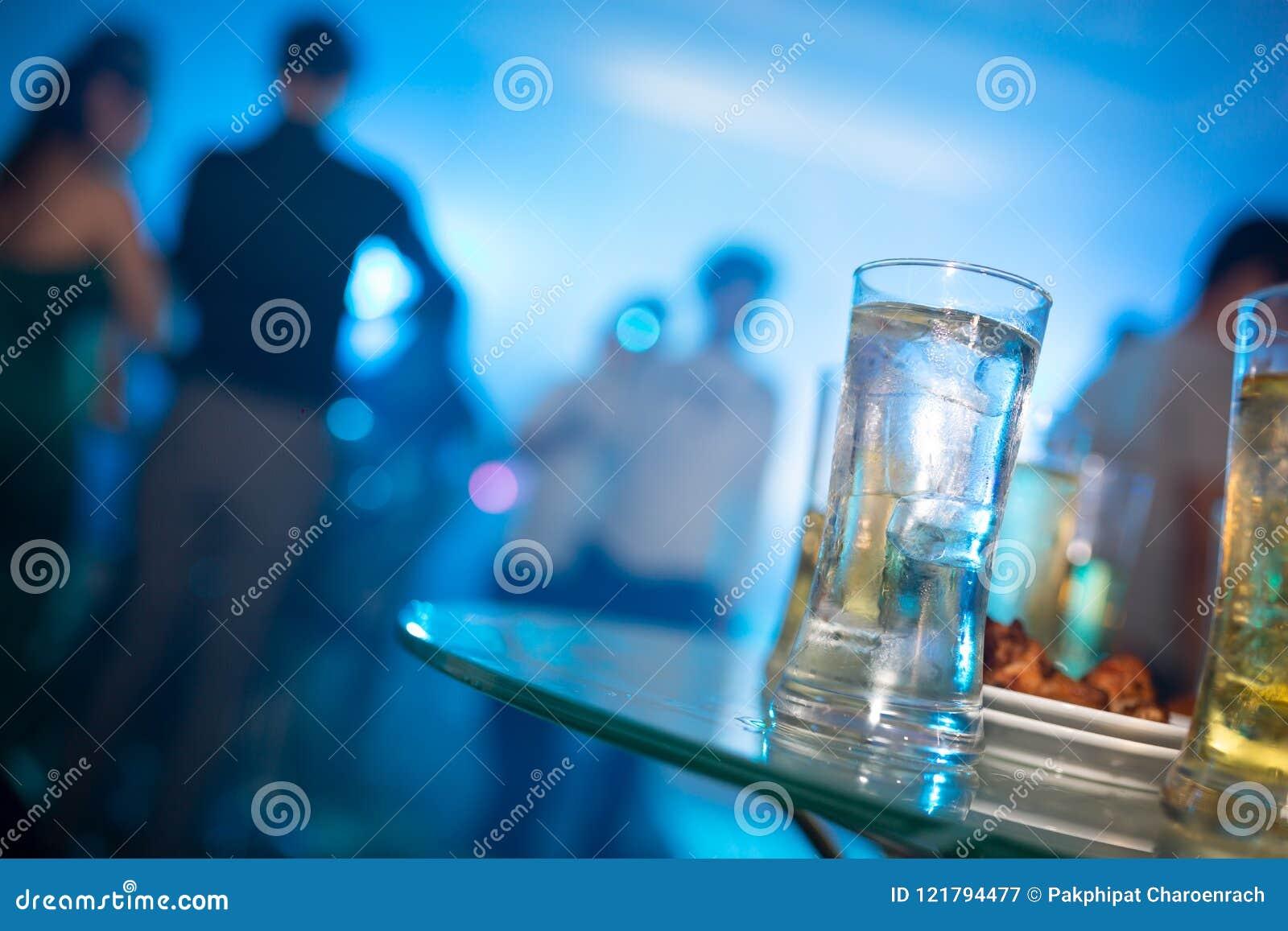 Ποτό γυαλιού οινοπνεύματος στο κόμμα, γυαλί κοκτέιλ στο μετρητή φραγμών, Coc