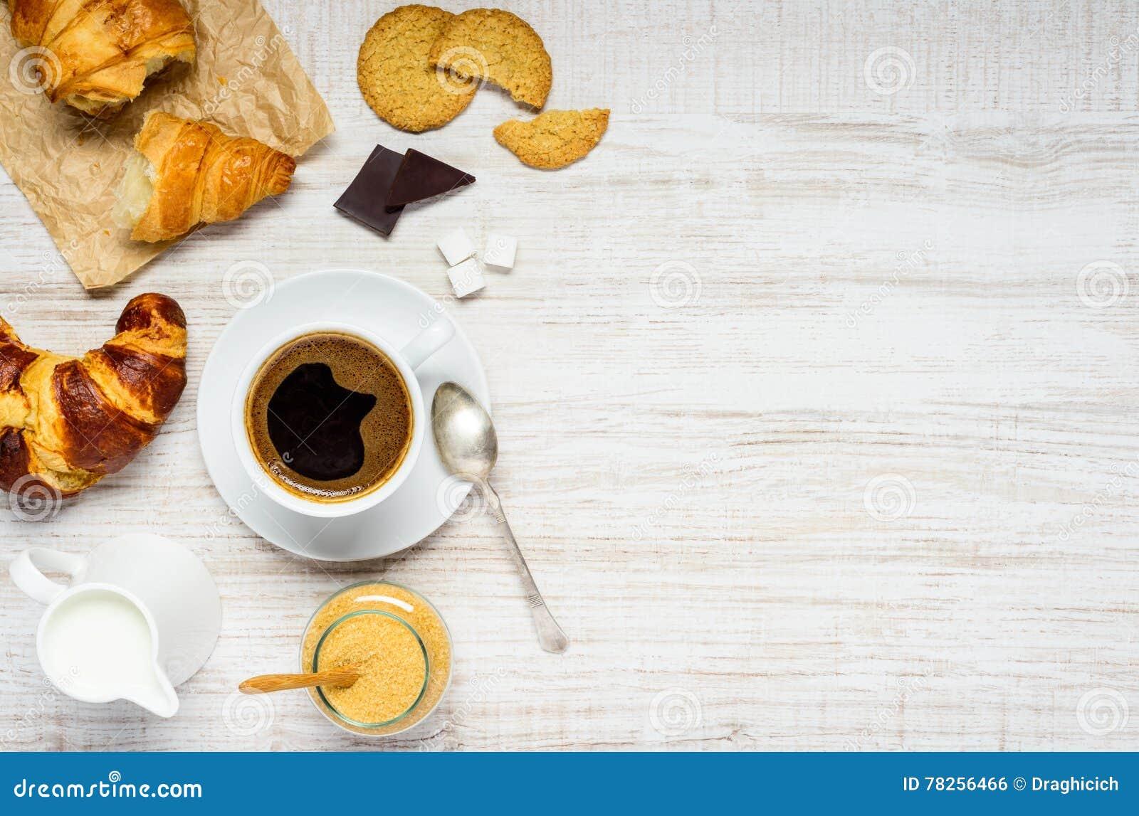 Ποτό καφέ με Croissant και μπισκότο στο διάστημα αντιγράφων