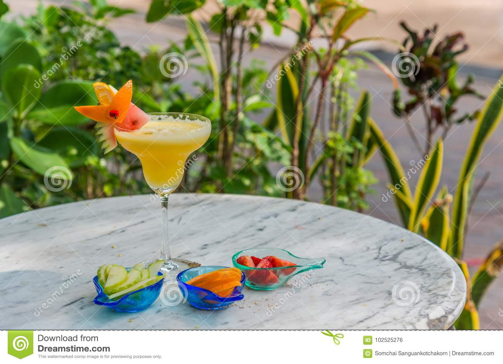 Ποτό κοκτέιλ στην κίτρινη εύνοια με το κομμάτι του καρπουζιού στην κορυφή