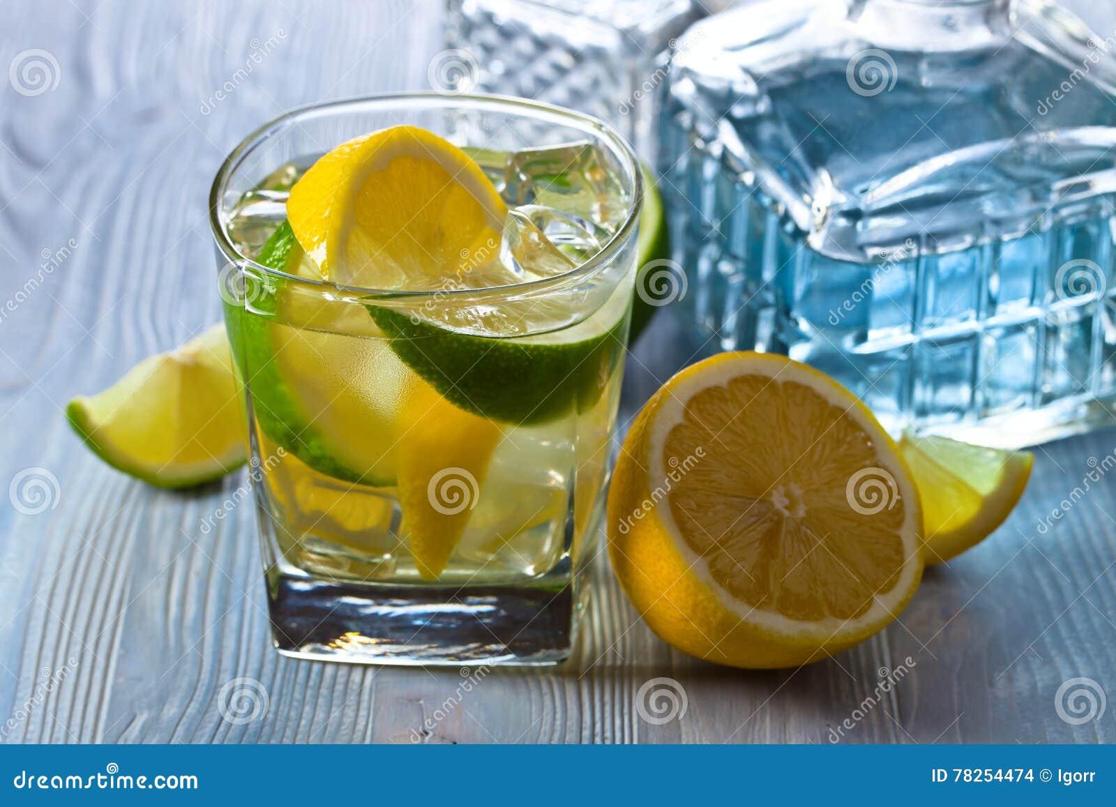 Ποτό με το λεμόνι, τον ασβέστη και τον πάγο