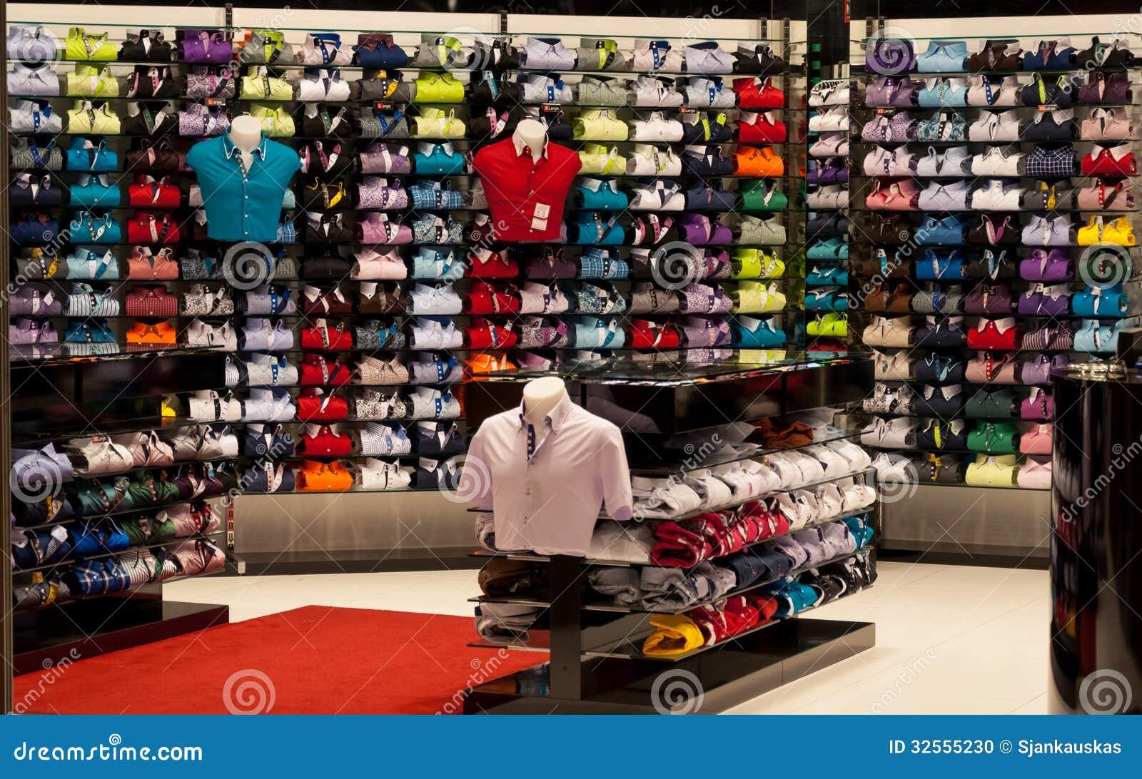 f610ed38f0d9 Ράφια των διαφορετικών πουκάμισων χρωμάτων για τα άτομα στο κατάστημα