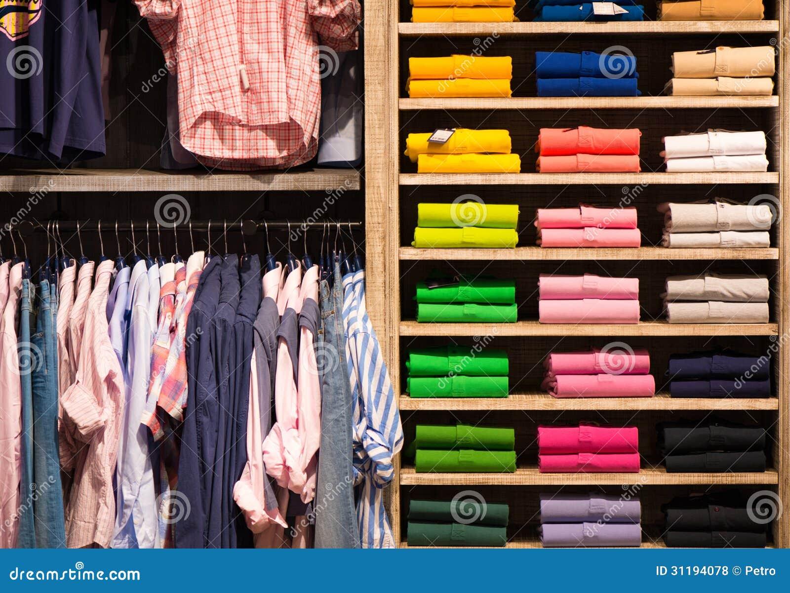 6deda36cf9cf Πουκάμισα χρώματος στο ράφι στο κατάστημα Στοκ Εικόνες - εικόνα από ...