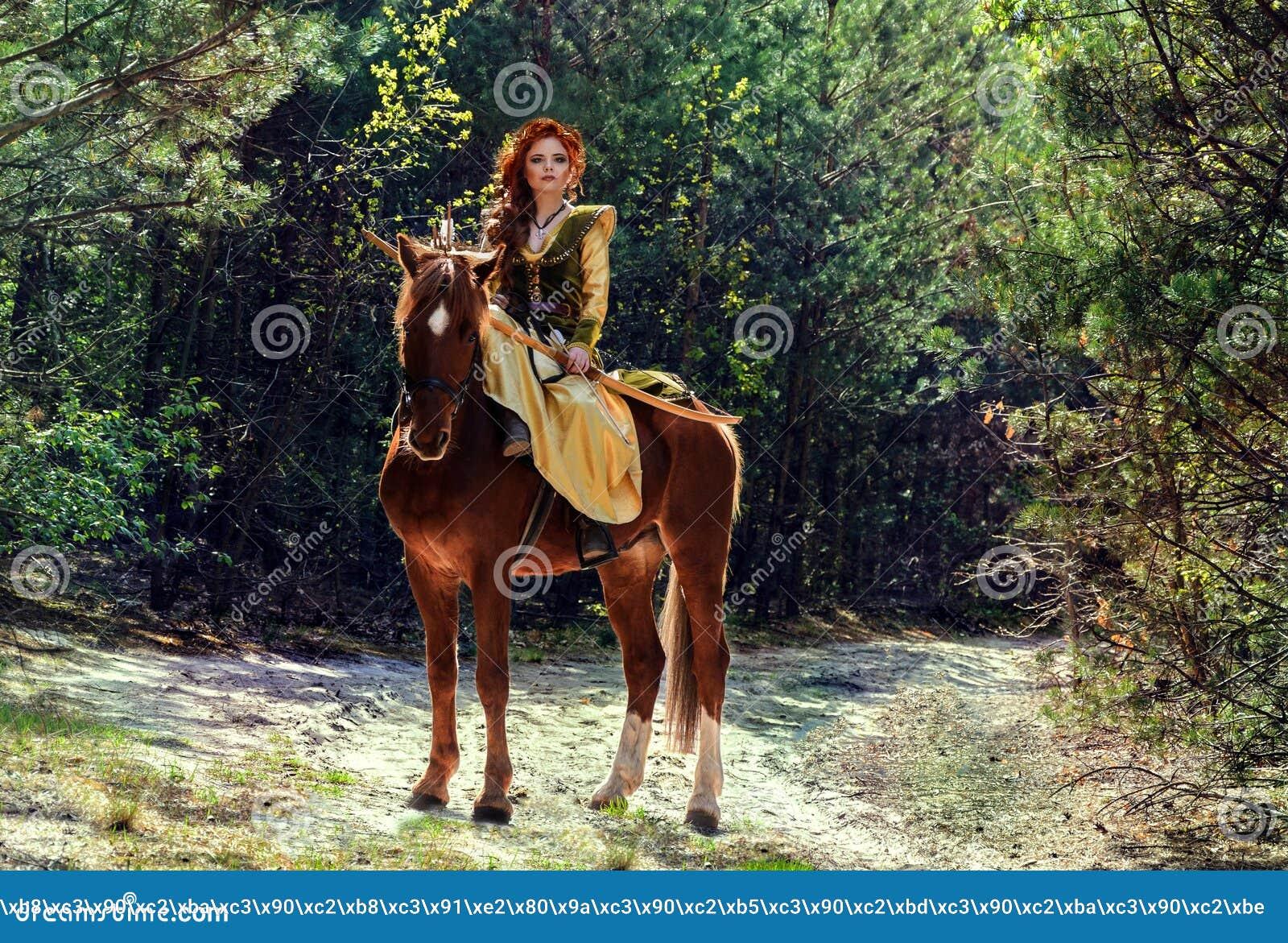 Πολεμιστής γυναικών που οπλίζεται με ένα τόξο στην πλάτη αλόγου