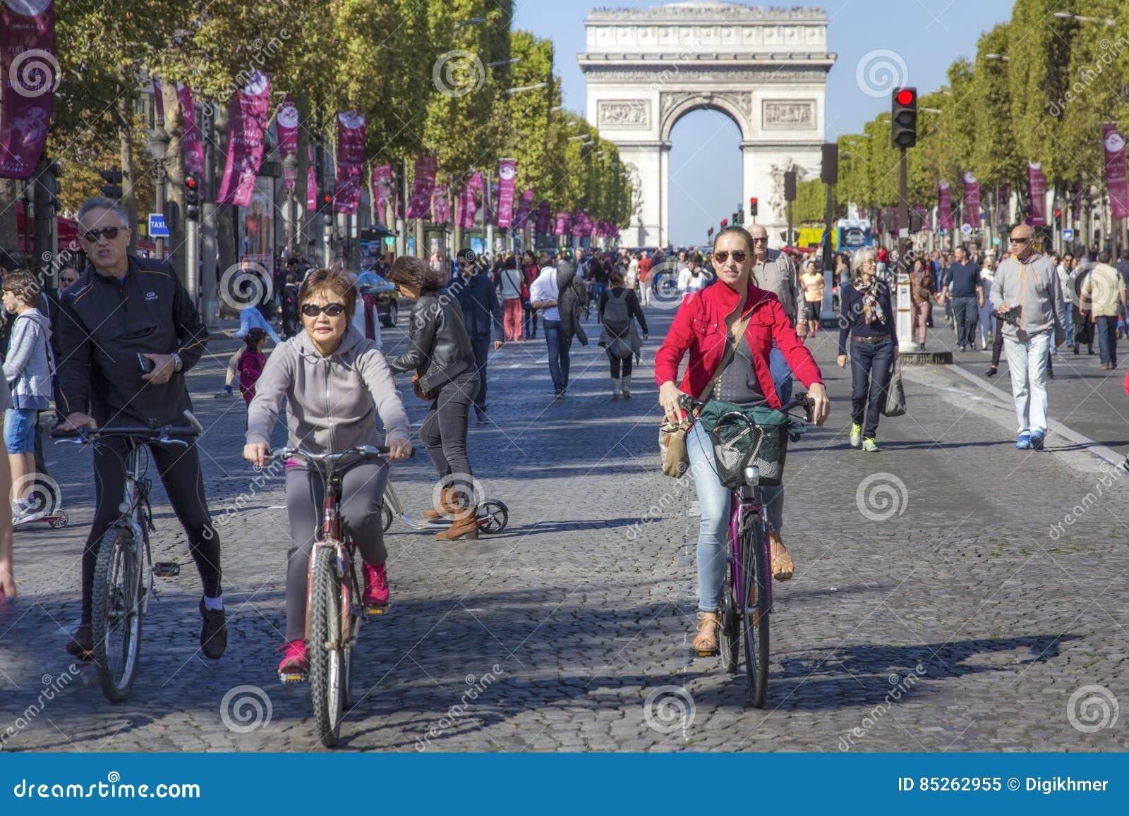 Ποδηλάτες σε Champs Elysees στην ελεύθερη ημέρα αυτοκινήτων του Παρισιού