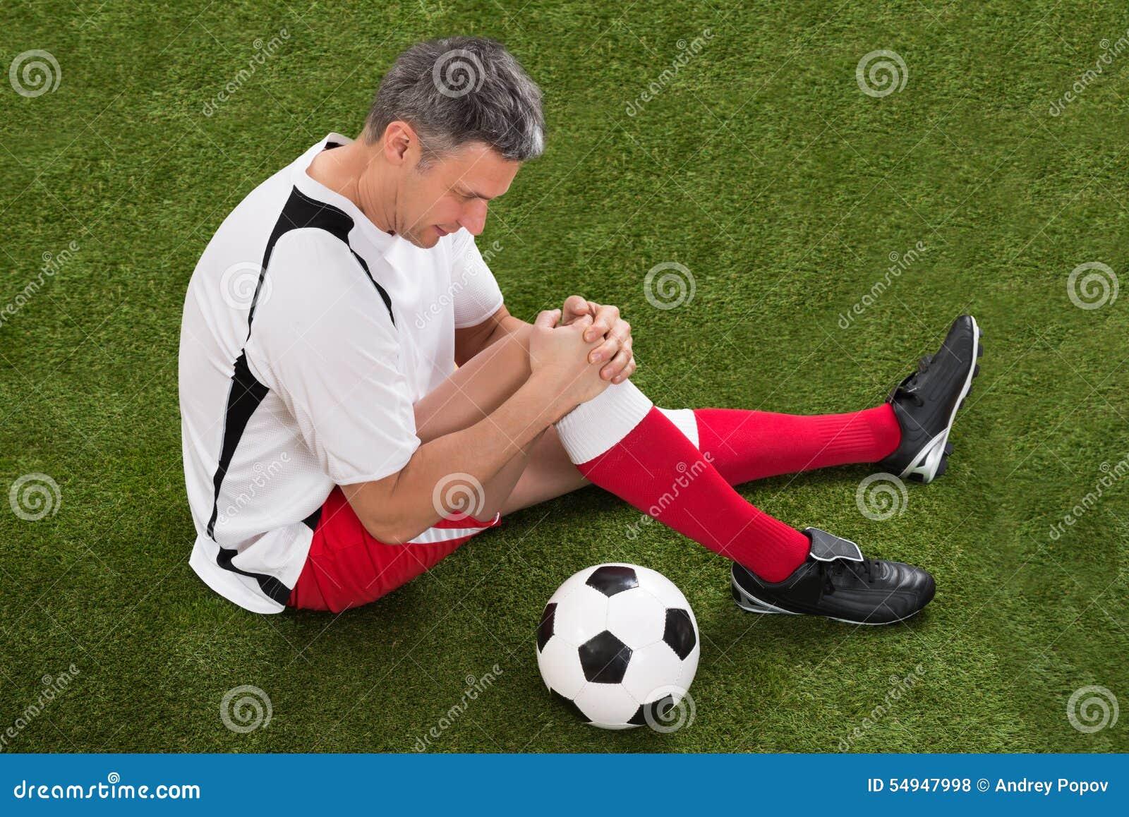 Ποδοσφαιριστής με τον τραυματισμό στο γόνατο