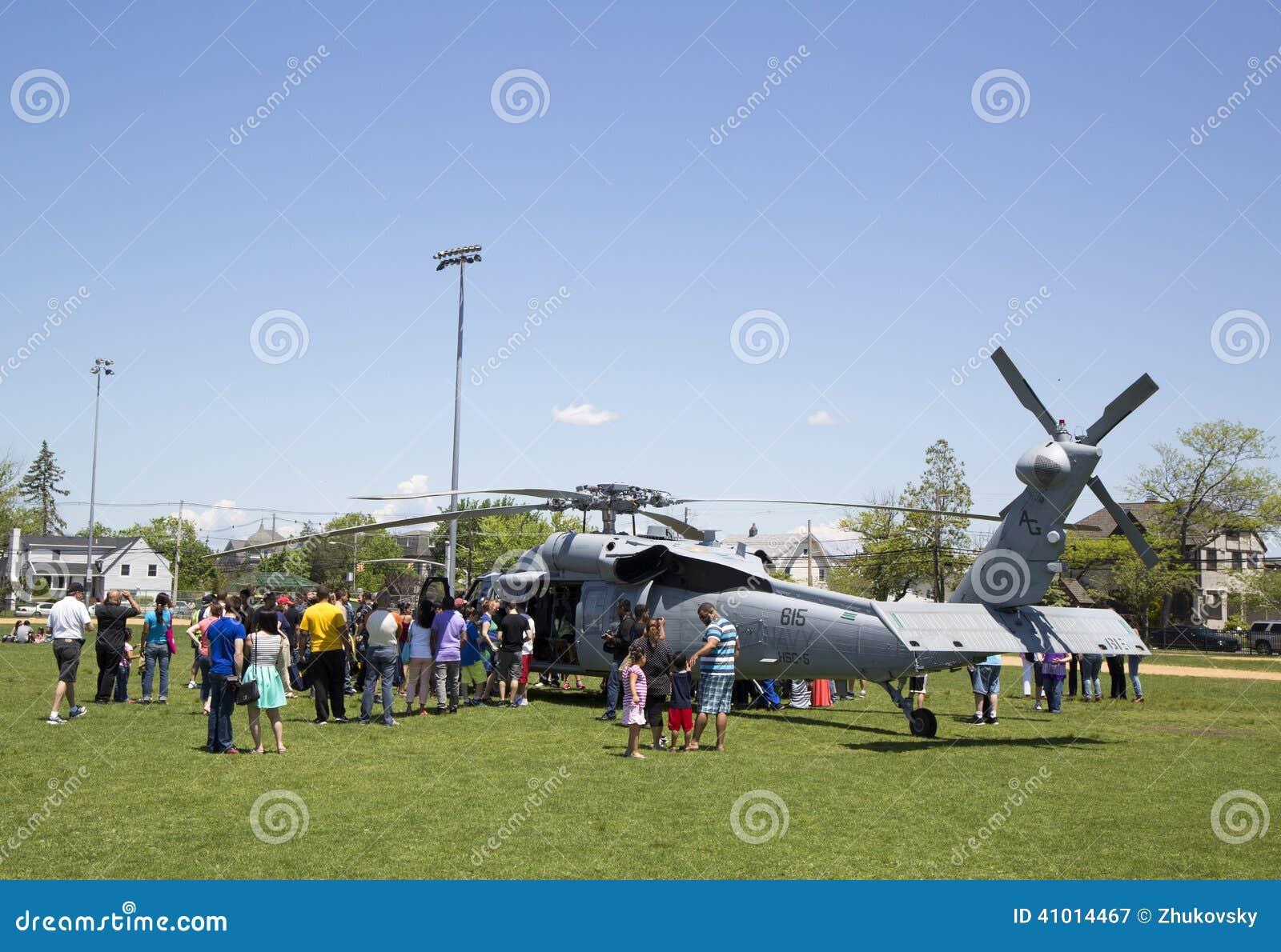 Πολυάριθμοι θεατές γύρω από το ελικόπτερο της mh-ΔΕΚΑΕΤΙΑΣ ΤΟΥ  60 από τη μοίρα πέντε αγώνα θάλασσας ελικοπτέρων κατά τη διάρκεια