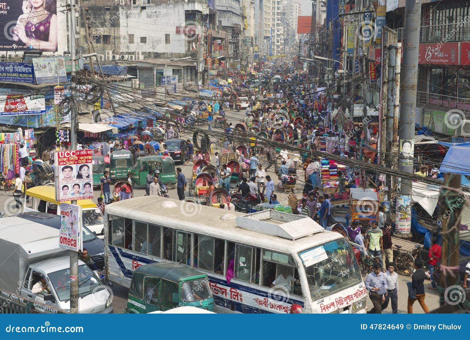 Πολυάσχολη κυκλοφορία στο κεντρικό μέρος της πόλης σε Dhaka, Μπανγκλαντές
