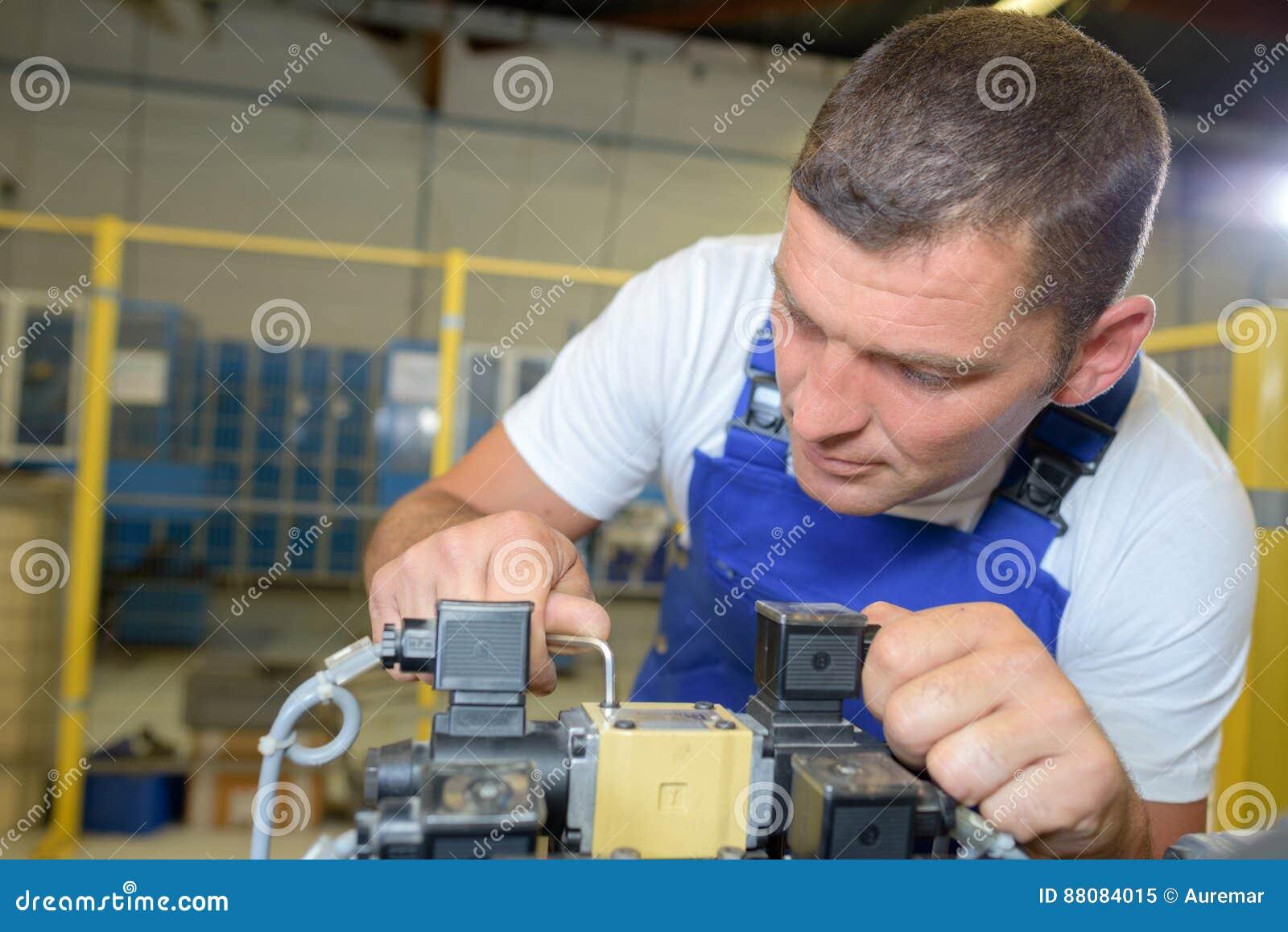 Πολυάσχολος εργαζόμενος στο εργοστάσιο