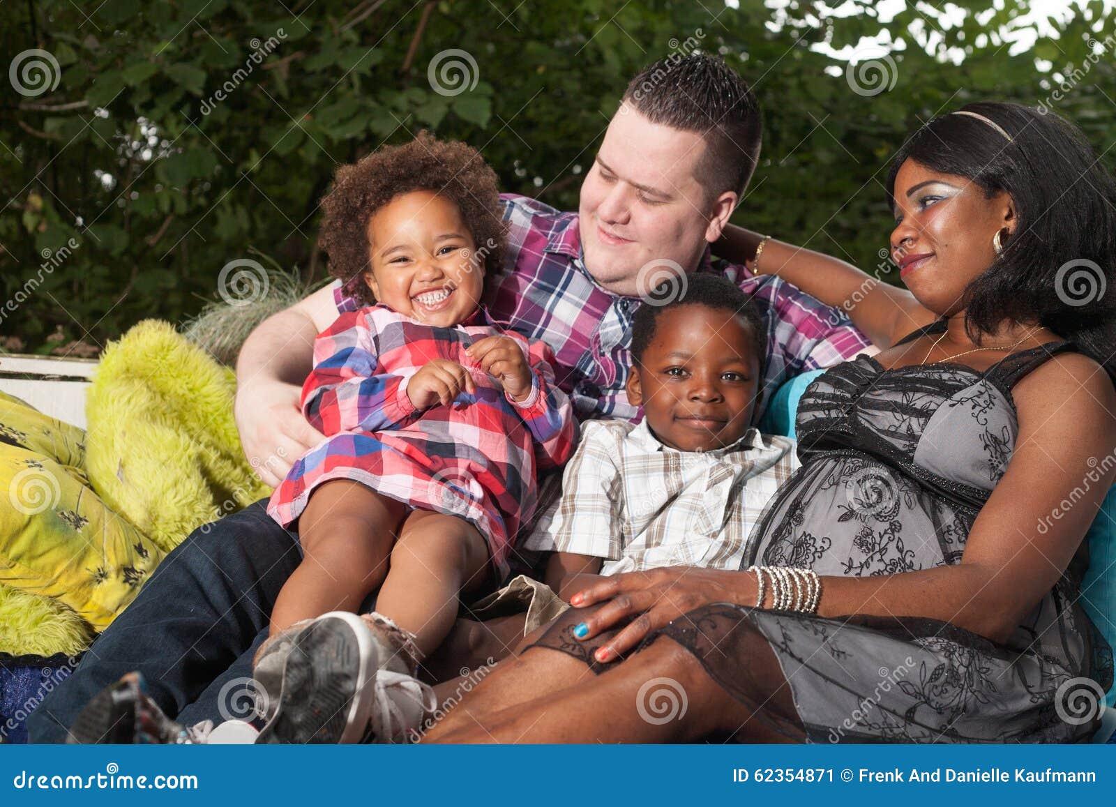 Πολυπολιτισμική οικογένεια στον καναπέ