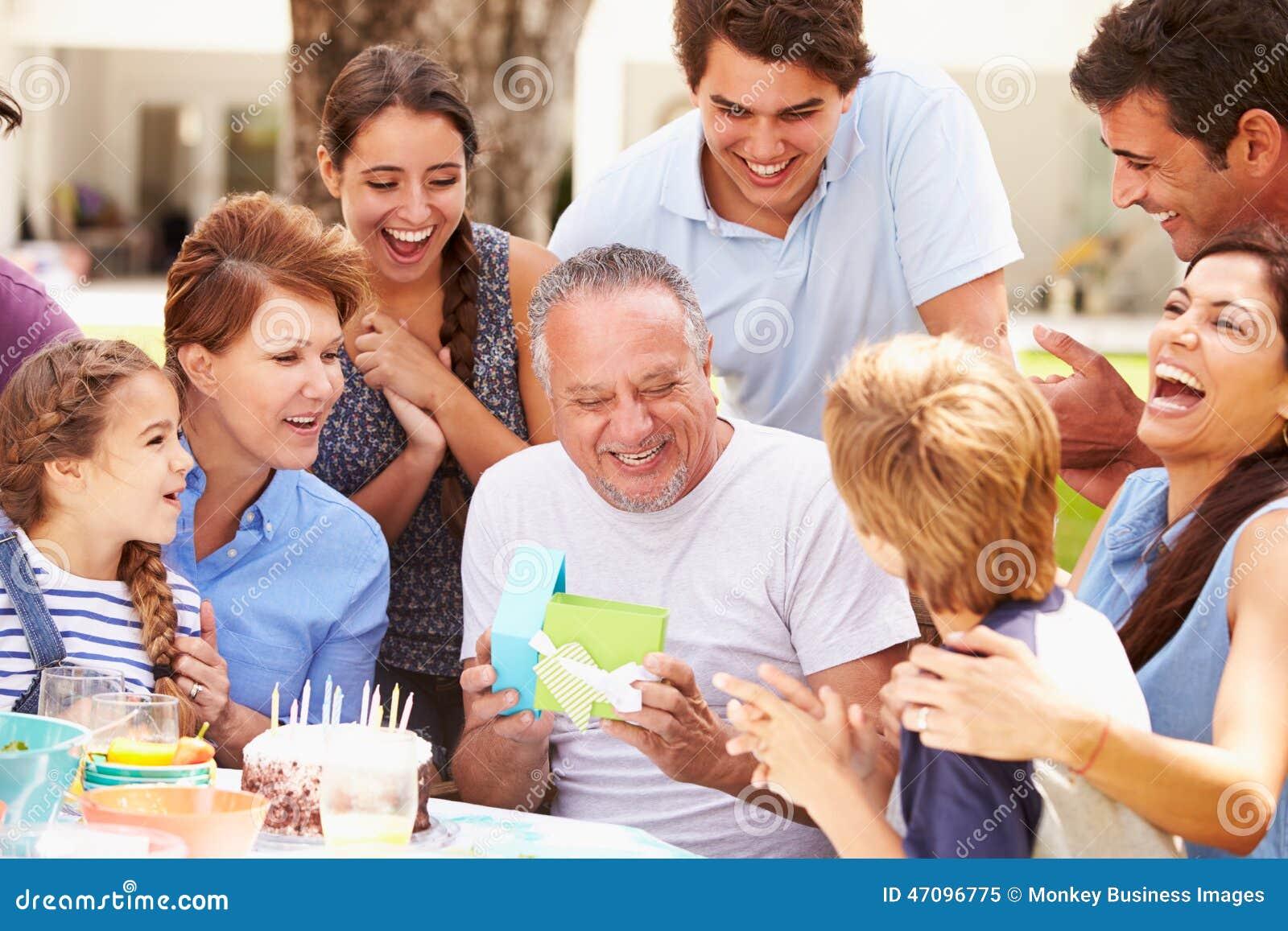 Πολυ γενέθλια οικογενειακού εορτασμού παραγωγής στον κήπο