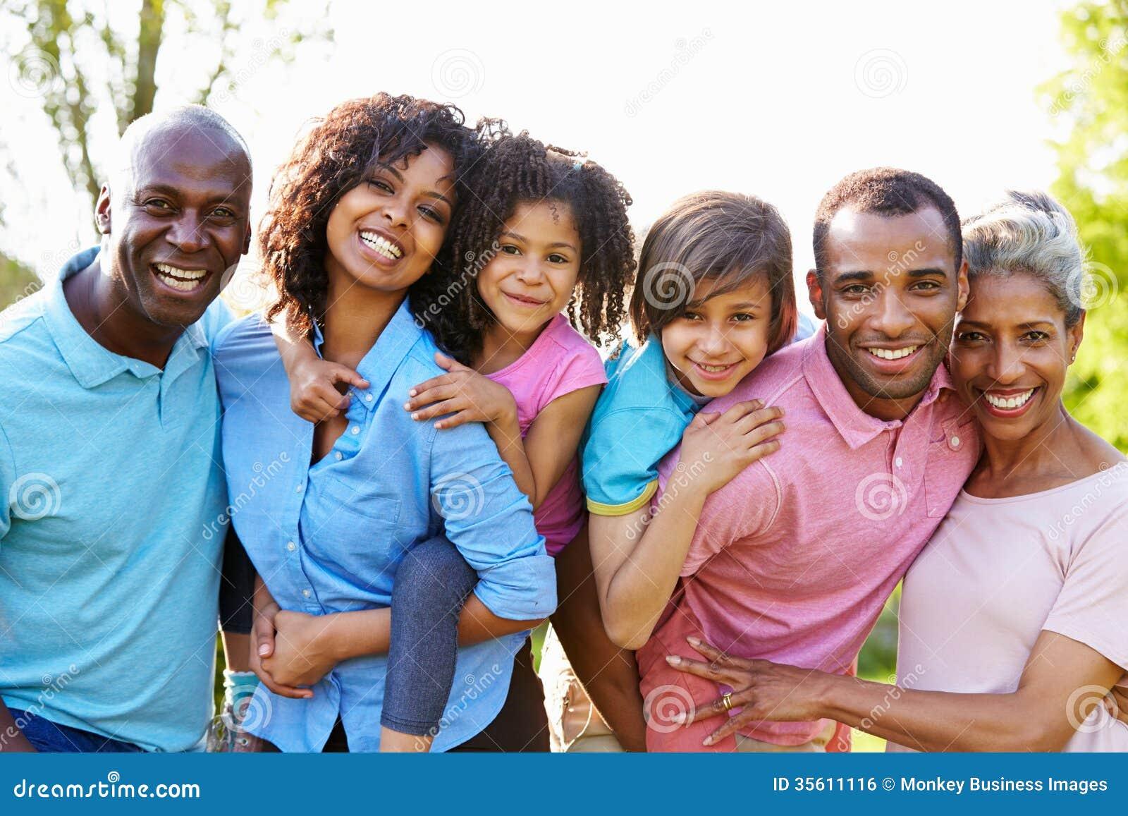 Πολυ οικογένεια αφροαμερικάνων παραγωγής που στέκεται στον κήπο