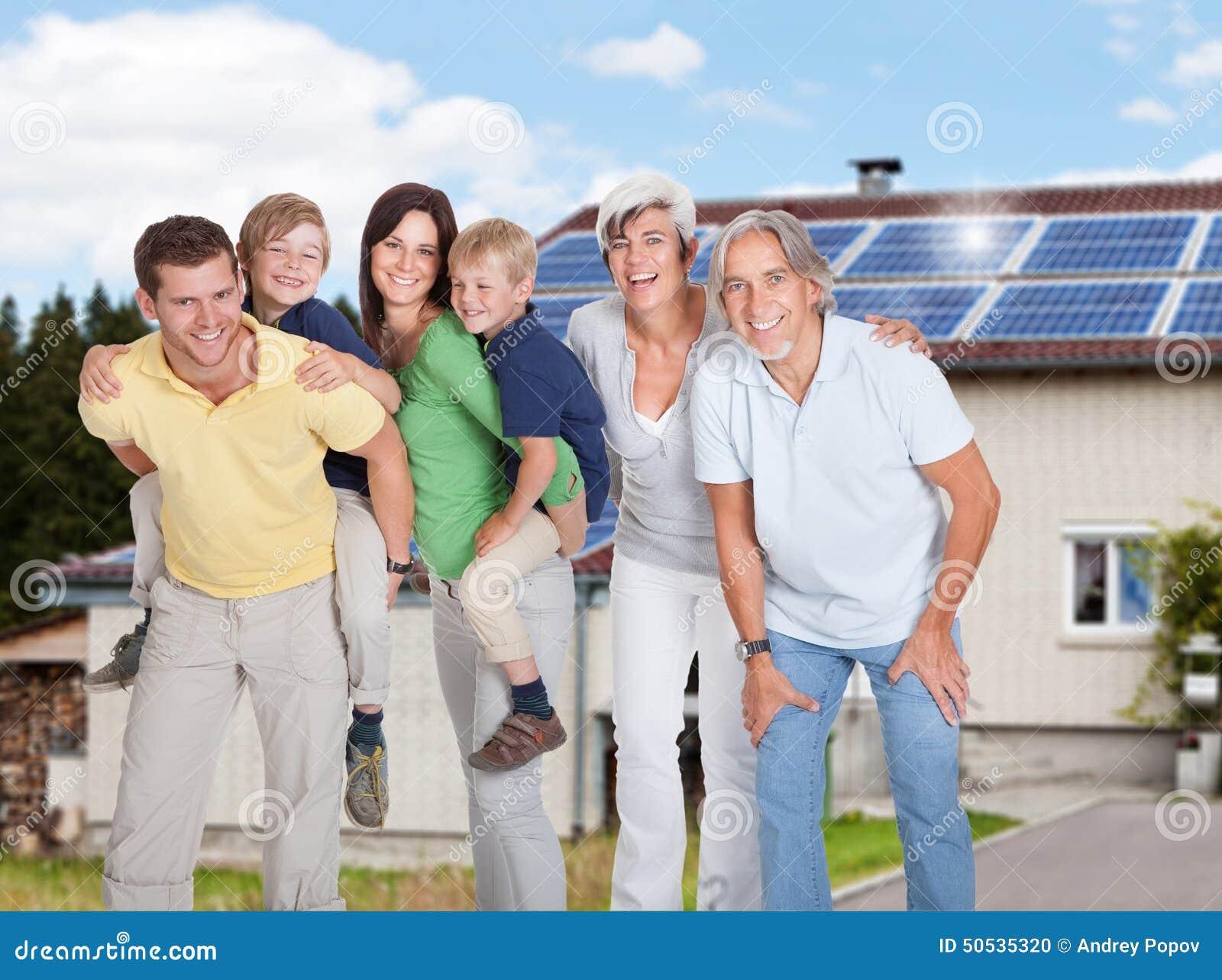 Πολυ οικογένεια παραγωγής που στέκεται ενάντια στο σπίτι