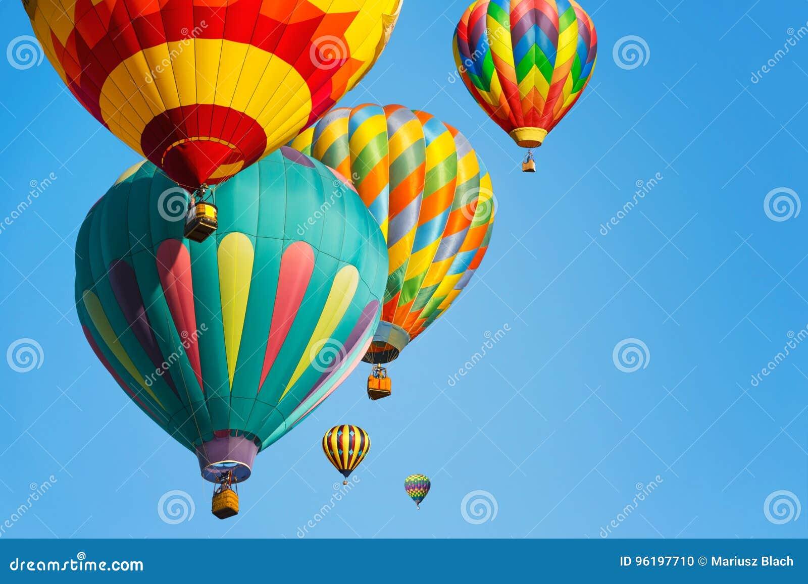 Πολυ χρωματισμένα μπαλόνια ζεστού αέρα