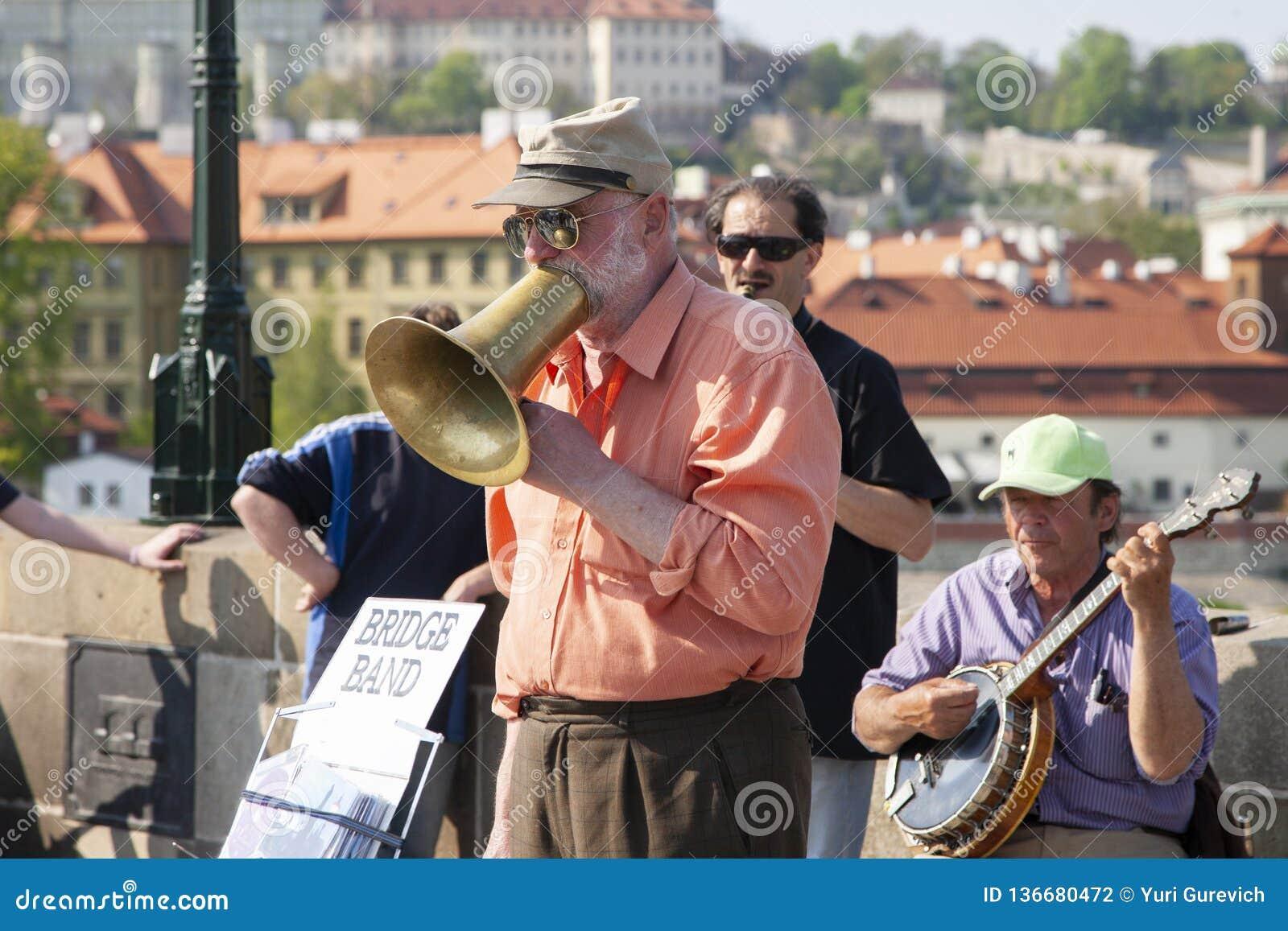 Πράγα, Δημοκρατία της Τσεχίας - 19 Απριλίου 2011: Κουαρτέτο των μουσικών που παίζουν τα μουσικά όργανα για τους τουρίστες στην οδ