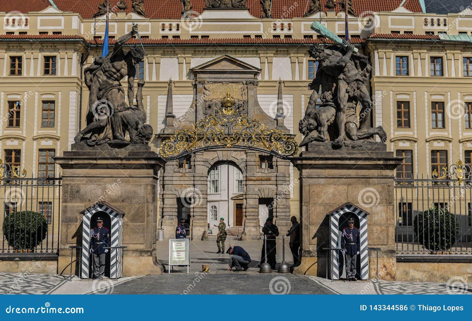 Πράγα, Δημοκρατία της Τσεχίας - 18 Σεπτεμβρίου, 2019: Φρουρές στα να μαθεί αγάλματα τιτάνων στην πύλη στο πρώτο προαύλιο σε Hrad