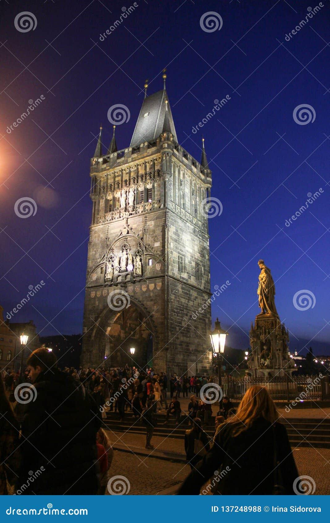 Πράγα, Δημοκρατία της Τσεχίας - το Μάιο του 2016: Άποψη νύχτας του παλαιού πύργου πόλης γεφυρών στη γέφυρα του Charles