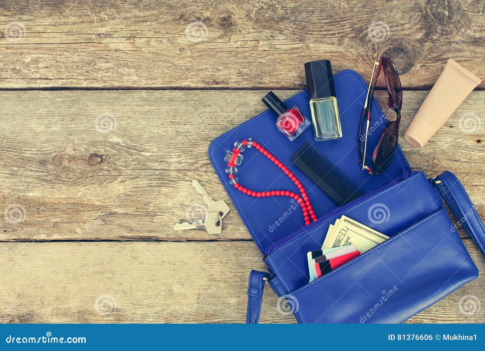 Πράγματα από το ανοικτό γυναικείο πορτοφόλι