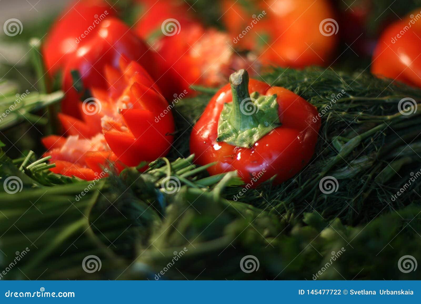 Πράσινα και κόκκινα πιπέρια, άνηθος, μαϊντανός