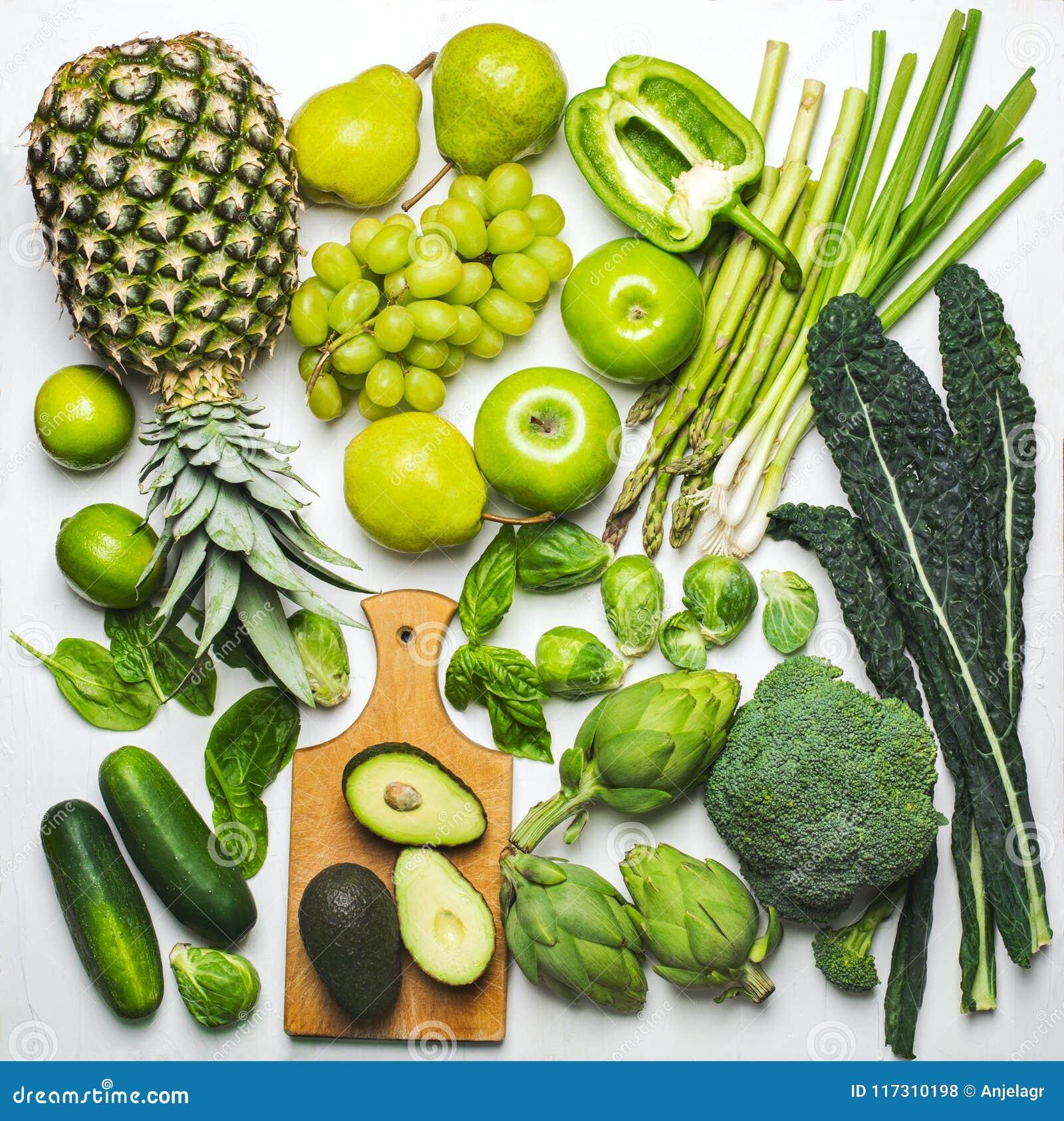 Πράσινα λαχανικά και φρούτα σε ένα άσπρο υπόβαθρο φρέσκα οργανικά προϊόντα