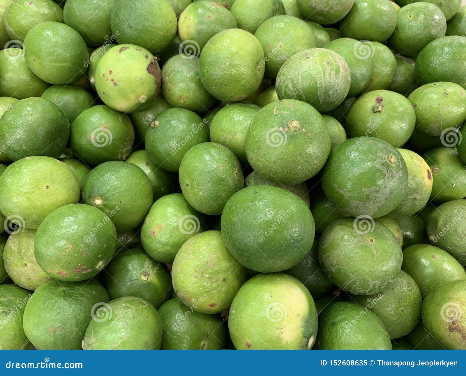 Πράσινα λεμόνια που πωλούν στην αγορά