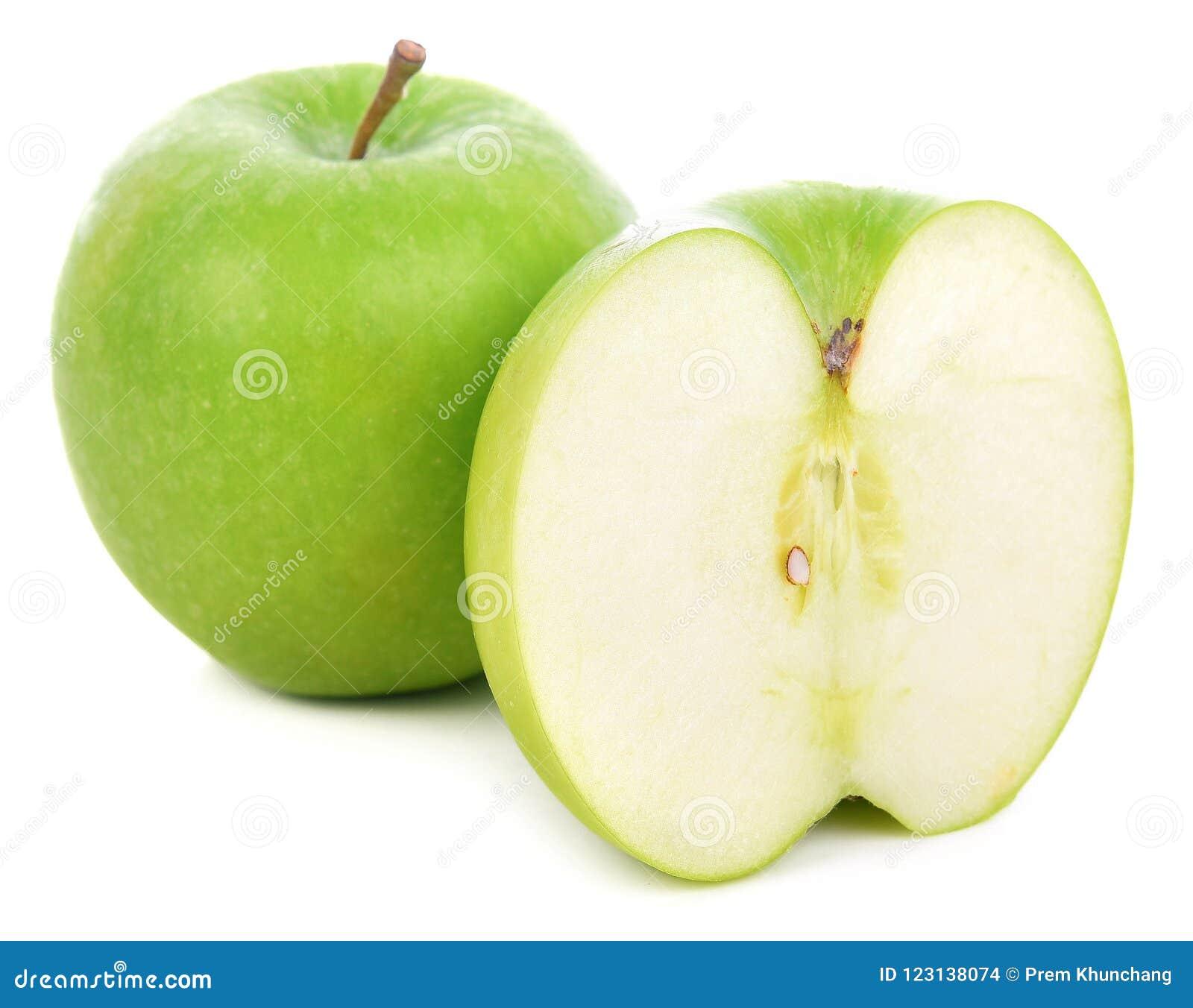 Πράσινα μήλα που απομονώνονται σε μια άσπρη ανασκόπηση