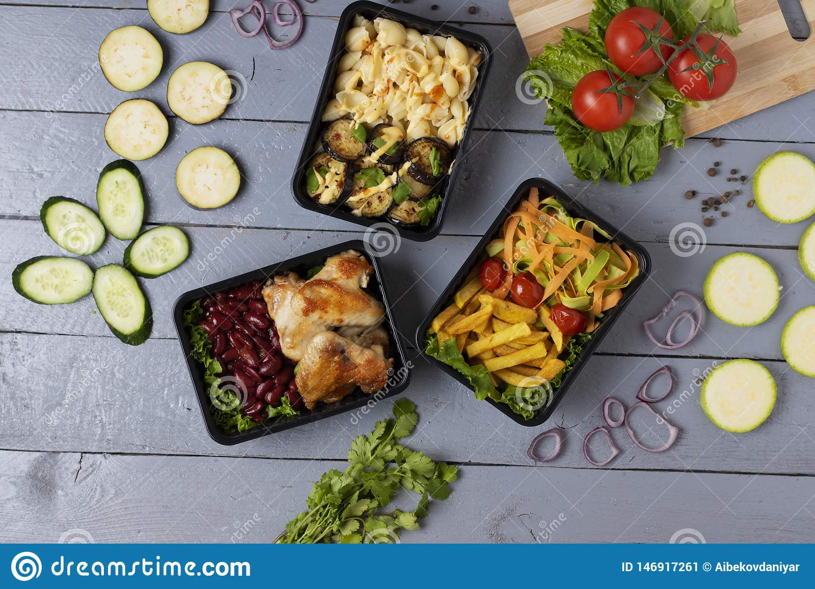 Πράσινα μικροϋπολογιστών για το χρόνο μεσημεριανού γεύματος, έτοιμο γεύμα που τρώει στα continers τροφίμων στον γκρίζο πίνακα, φέ
