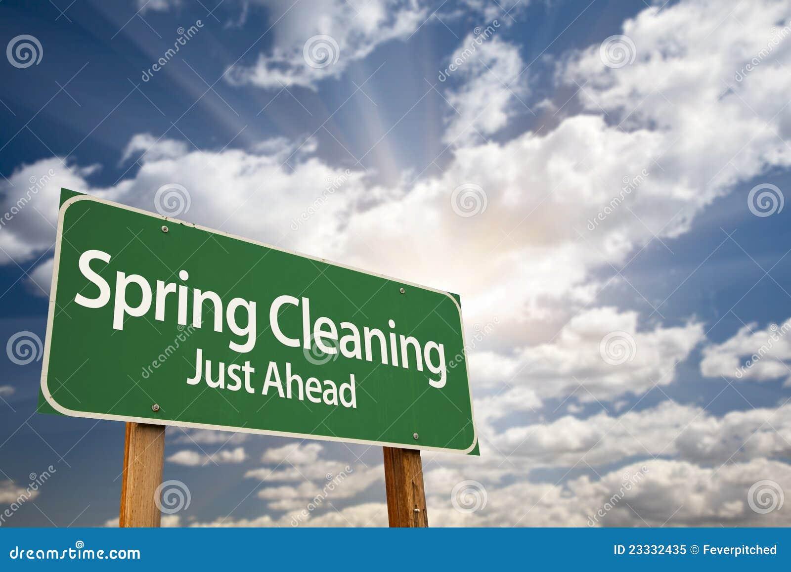 Πράσινα οδικό σημάδι ανοιξιάτικου καθαρισμού ακριβώς μπροστά και Clo