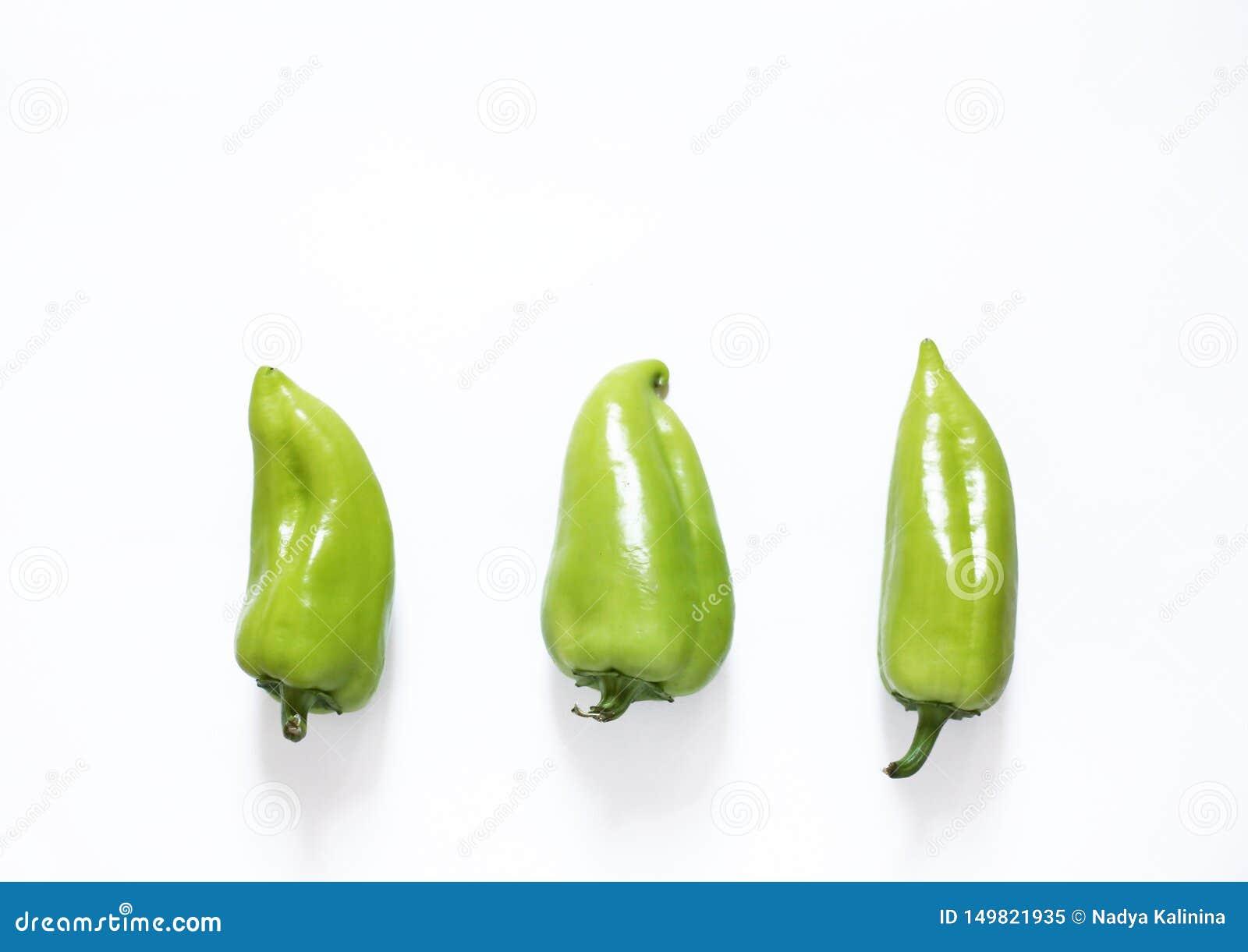 Πράσινα πιπέρια σε μια άσπρη op υποβάθρου άποψη Υγιής vegan έννοια τροφίμων