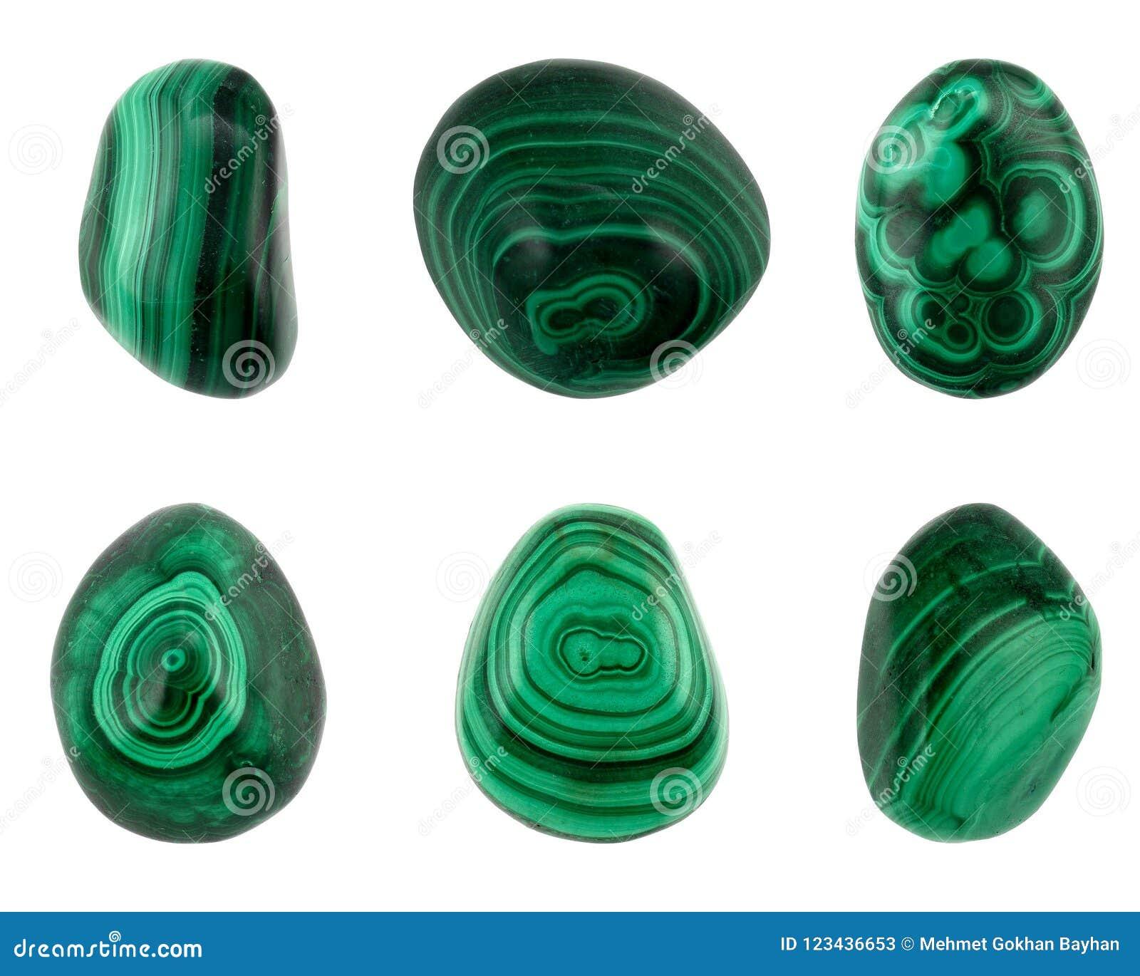 Πράσινα malachites καλής ποιότητας έξι κομματιών που απομονώνονται στο άσπρο υπόβαθρο
